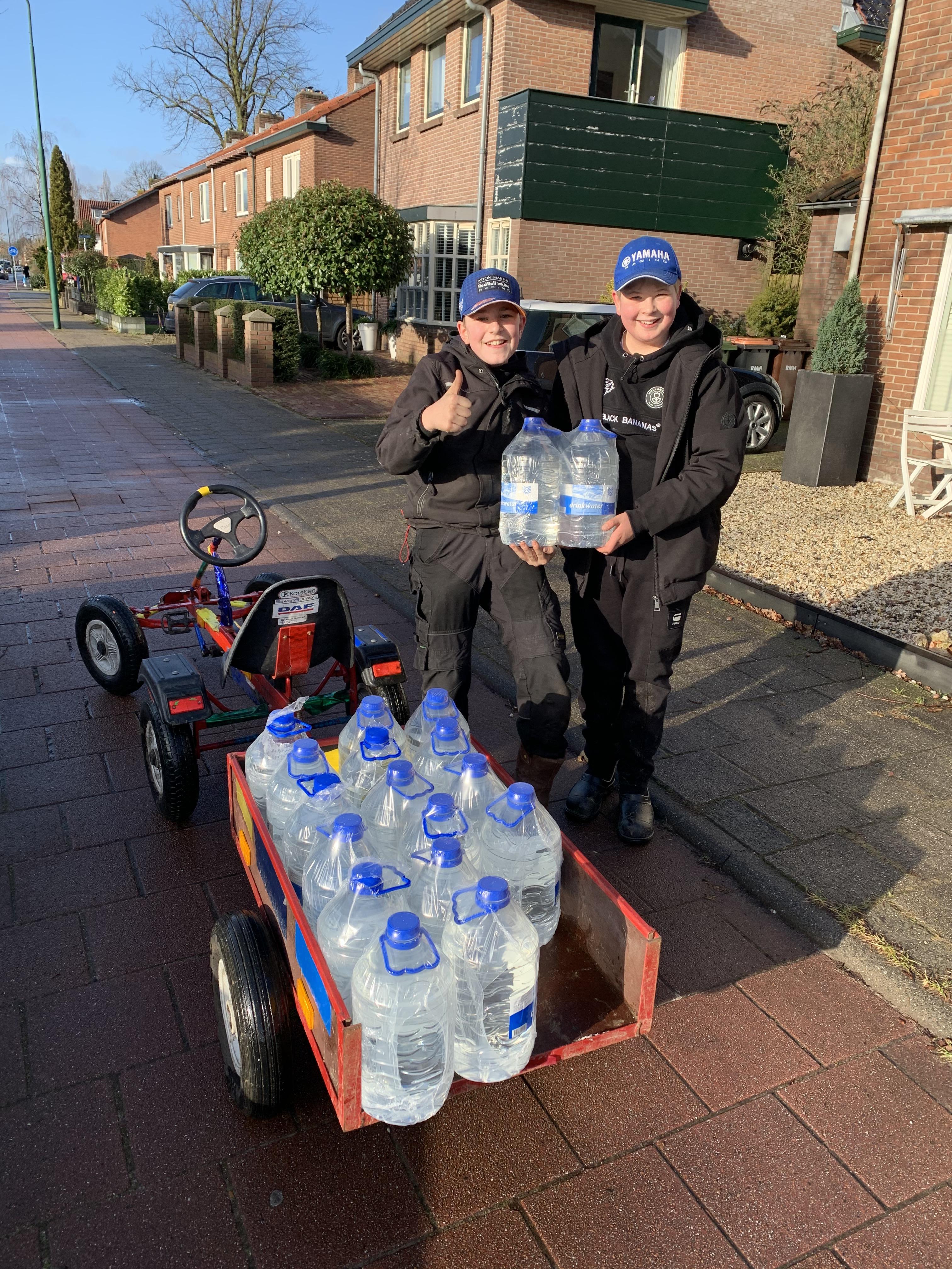 'Onze witte was is ineens bruin'; Waterleidingbreuk Laanstraat Soest zorgt voor overlast en een vrolijk waterballet