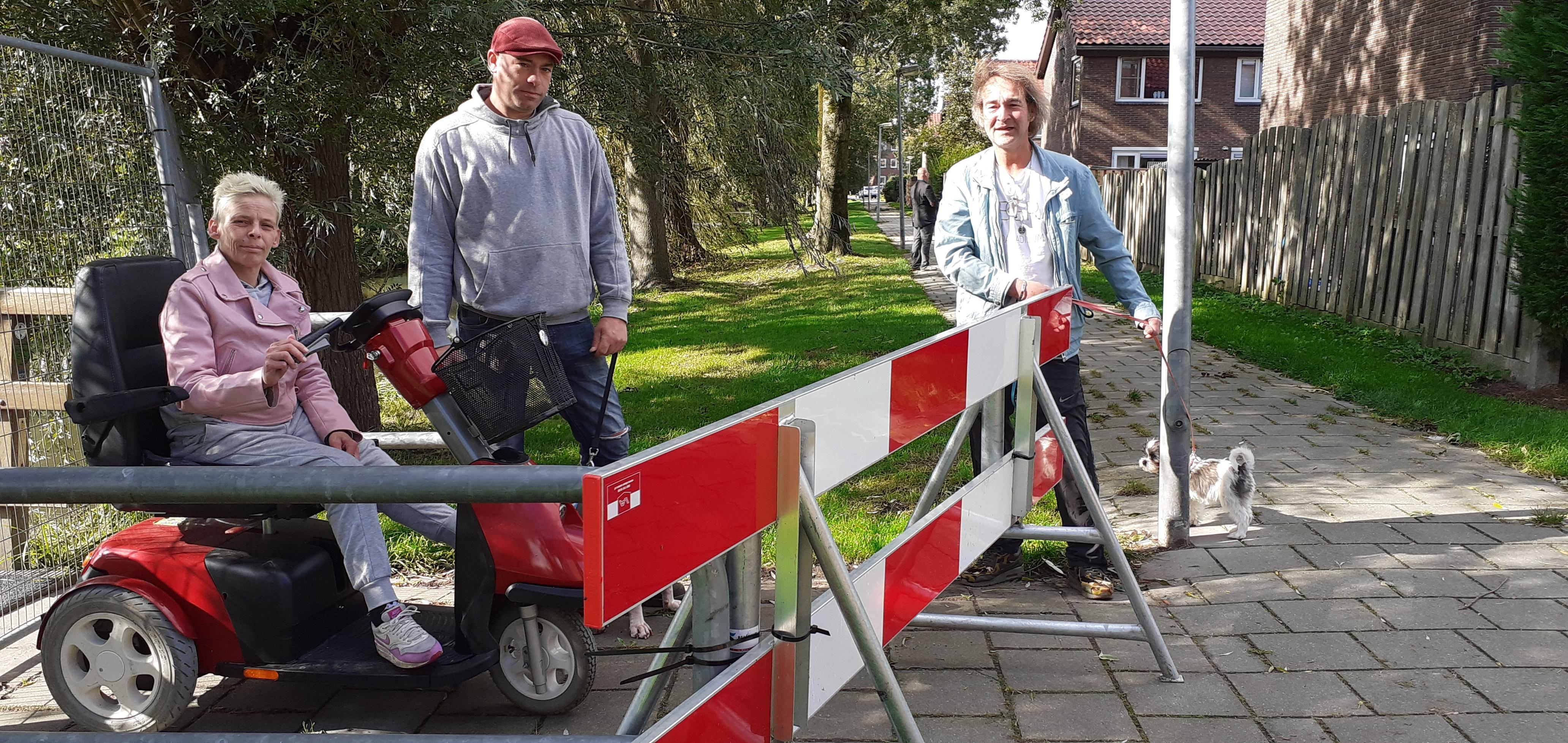 Buurt in Weesp Zuid baalt stevig van al half jaar afgesloten brugje Diepenbroickpark. 'Wie sluit er nu een verbinding af voor twee scheve planken?' Gemeente zoekt noodoplossing voor 'onveilige constructie'