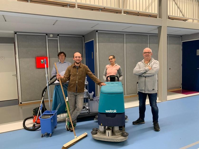 Soesterbergse volleybalclub AGAVS daagt gemeente uit en gaat de sporthal voortaan zelf schoonmaken: 'Want wij kunnen het beter'