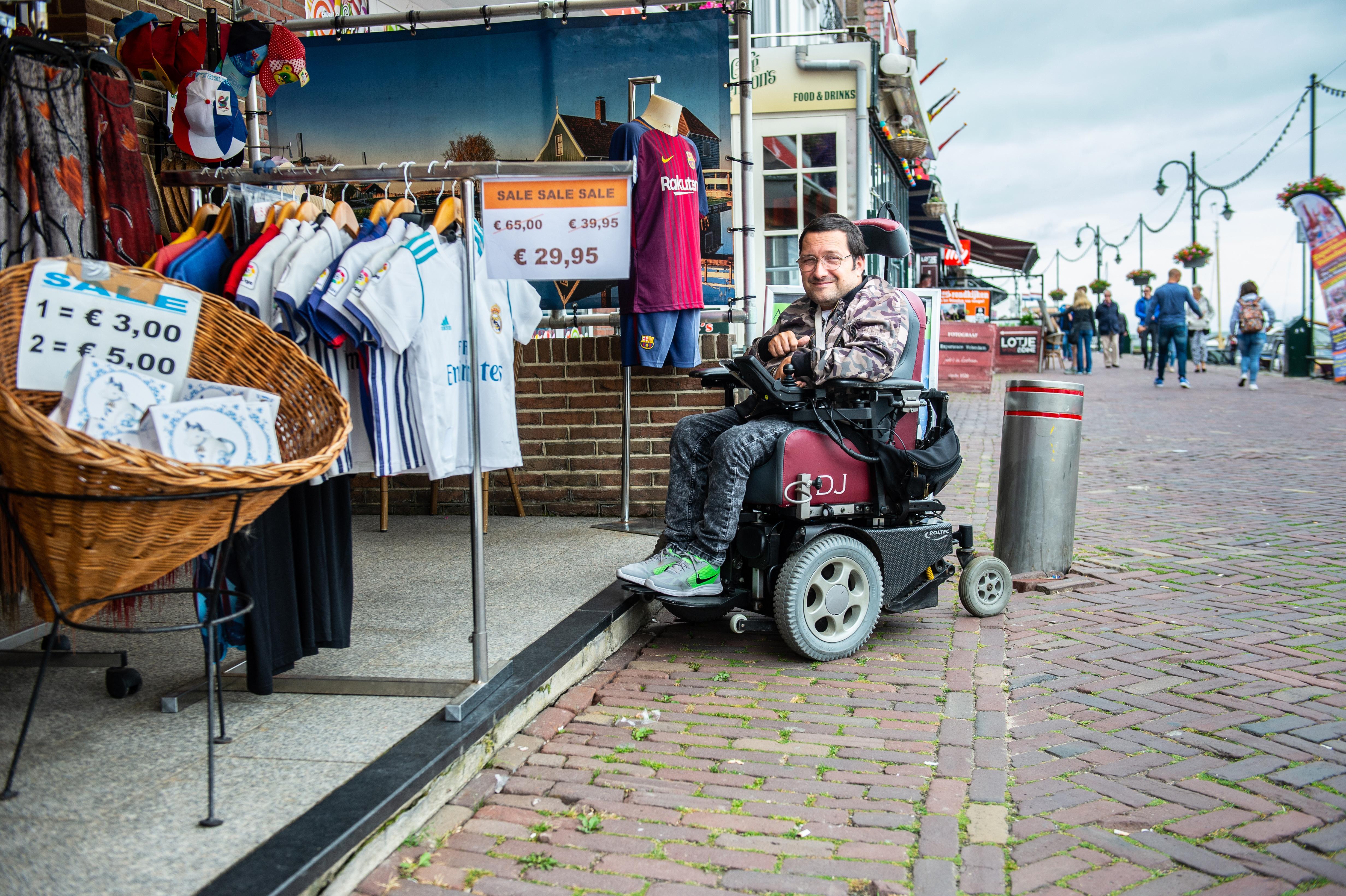 Mindervalide kan vrijwel nergens naar binnen op Dijk in Volendam