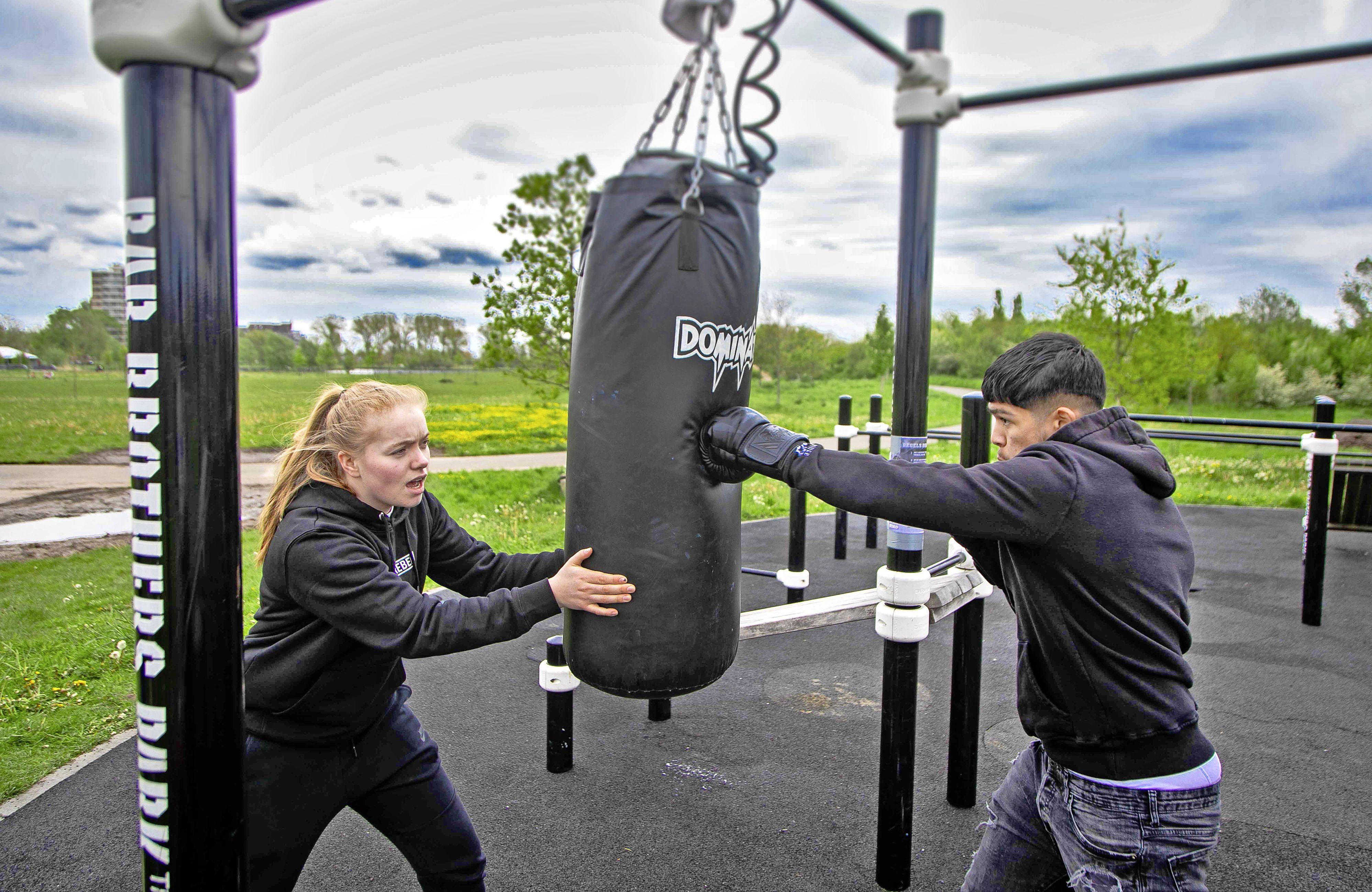 Gratis bokszakken in elk stadsdeel: 'Niet alle jongeren kunnen een sportschoolabonnement betalen'