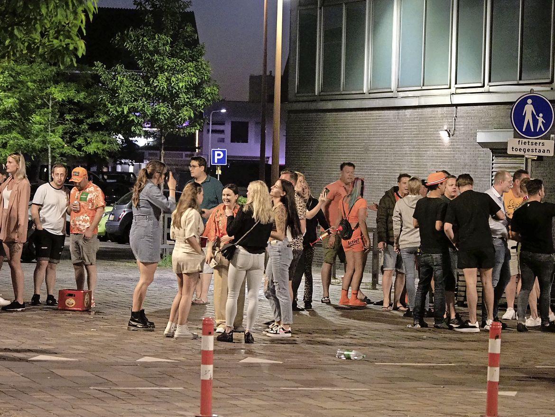 Oranje-supporters vieren overwinning in IJmuidense Lange Nieuwstraat