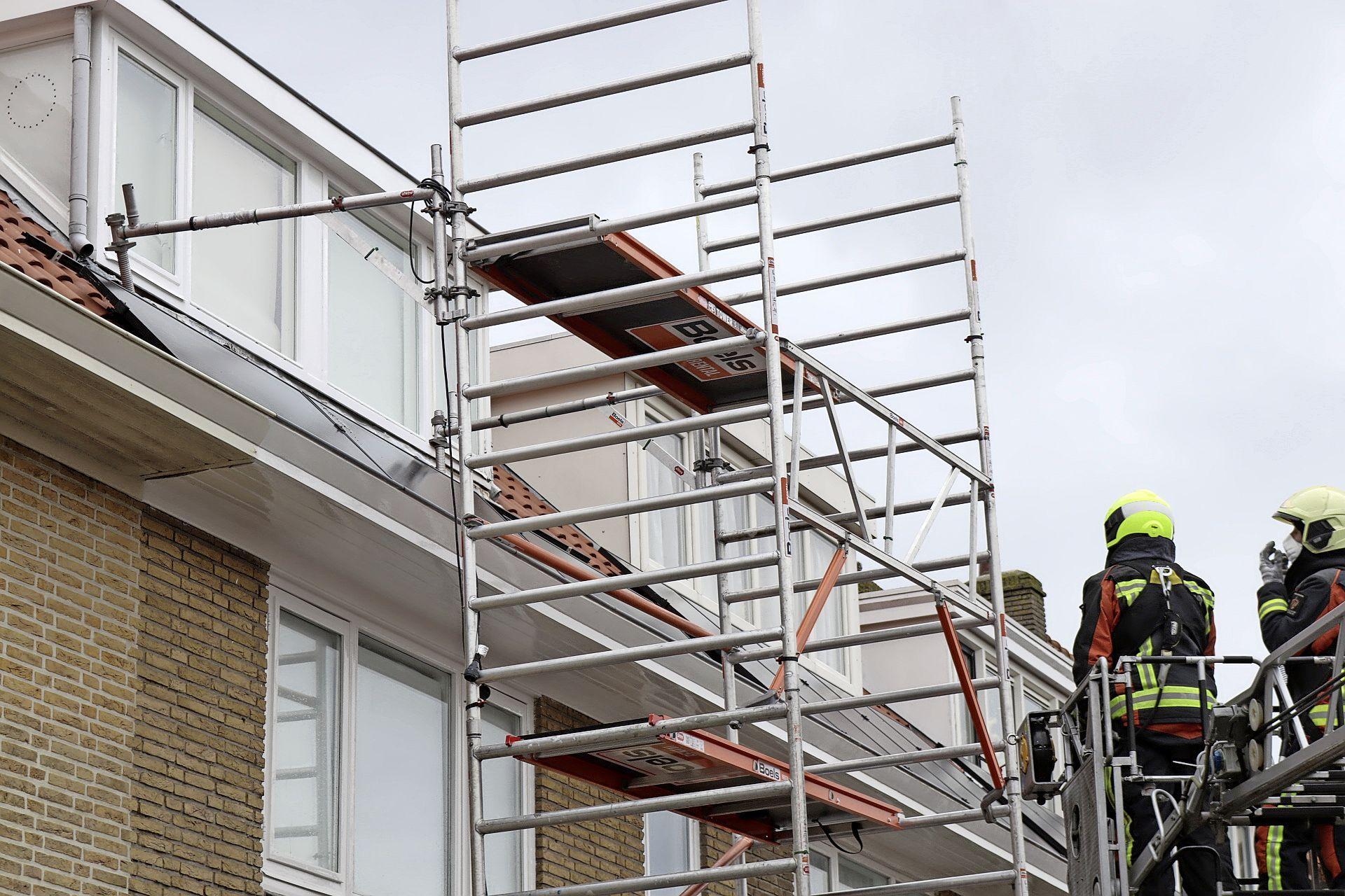 Steiger aan woning laat los door rukwind in Noordwijk: losliggende dakpanelen en zonnepanelen