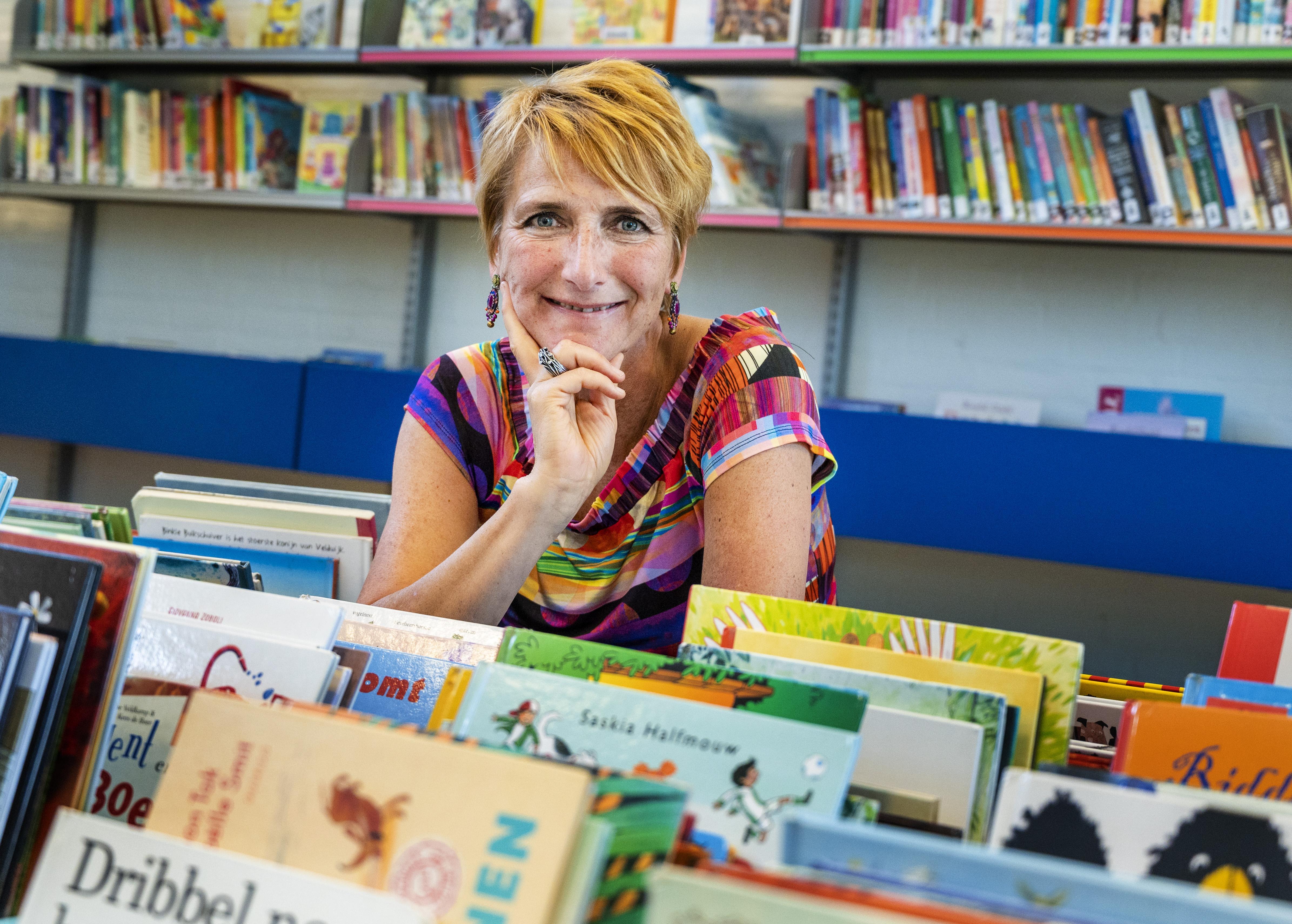 Directeur Dorien Hulsebosch trekt met goed gevoel de deur van Integraal Kindcentrum De Paradijsvogel in Vogelenzang achter zich dicht