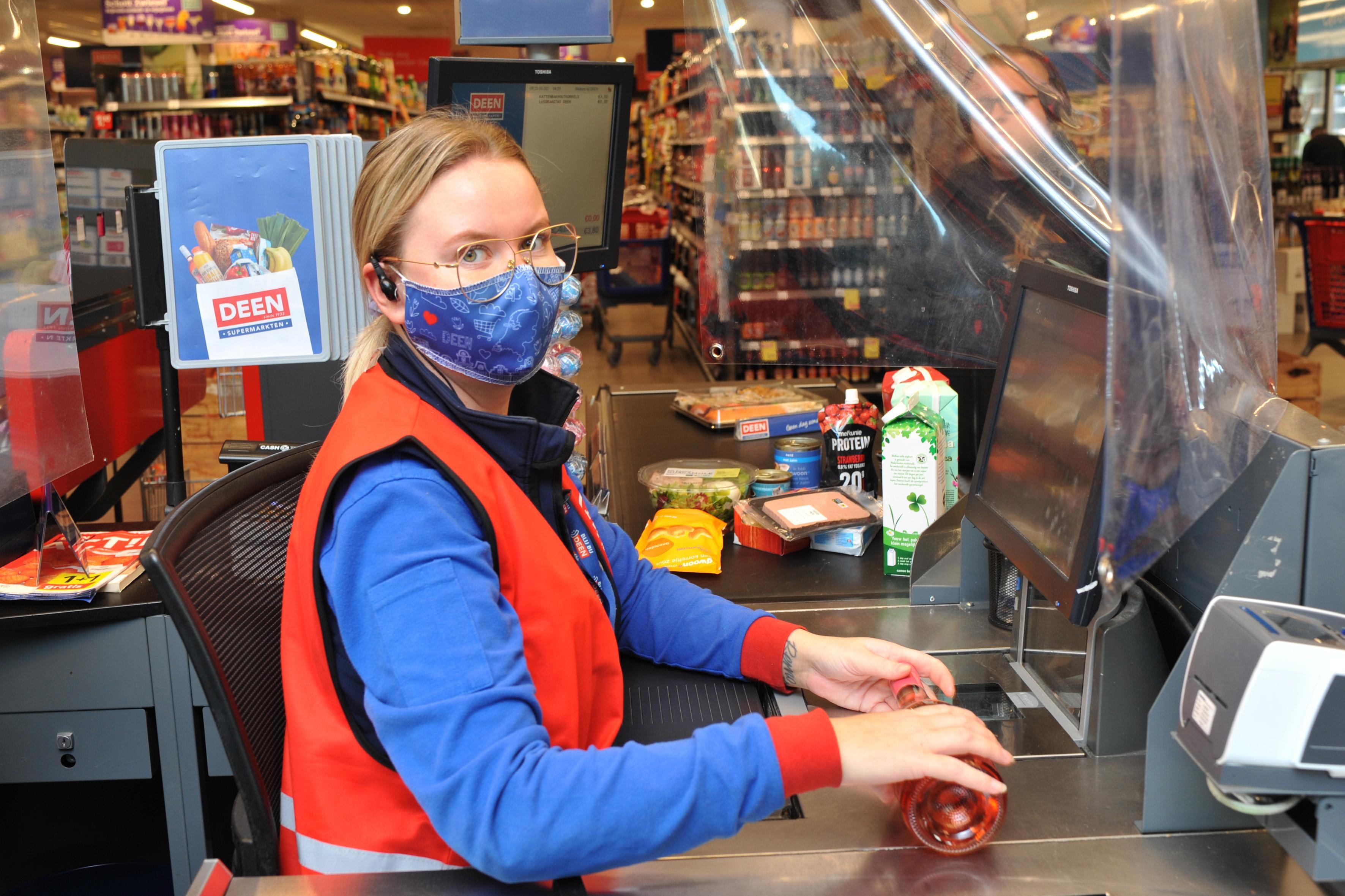 DEEN-caissière Lisa Sandhop uit Beverwijk kan het beste leeftijden raden en wint 500 euro voor haar collega's: 'Ik doe liever wat voor anderen'