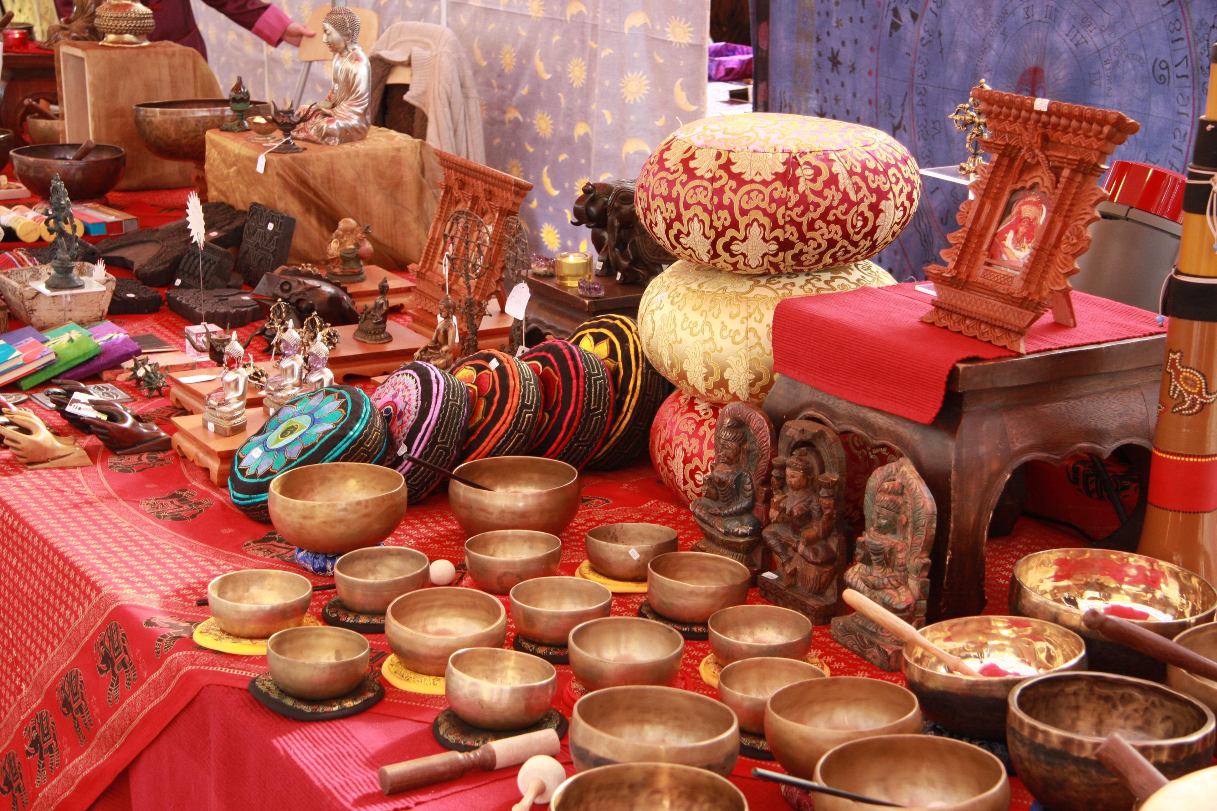 Bezoeker kan op spirituele beurs in De Jansheeren in Heemskerk alles vragen over persoonlijke ontwikkeling en familie aan kaartenleggers, sjamanen en mediums