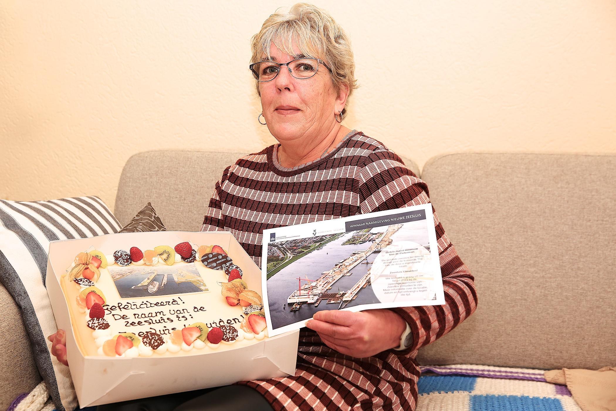 Liesbeth krijgt taart voor het bedenken van de naam voor de zeesluis IJmuiden: Zeesluis IJmuiden