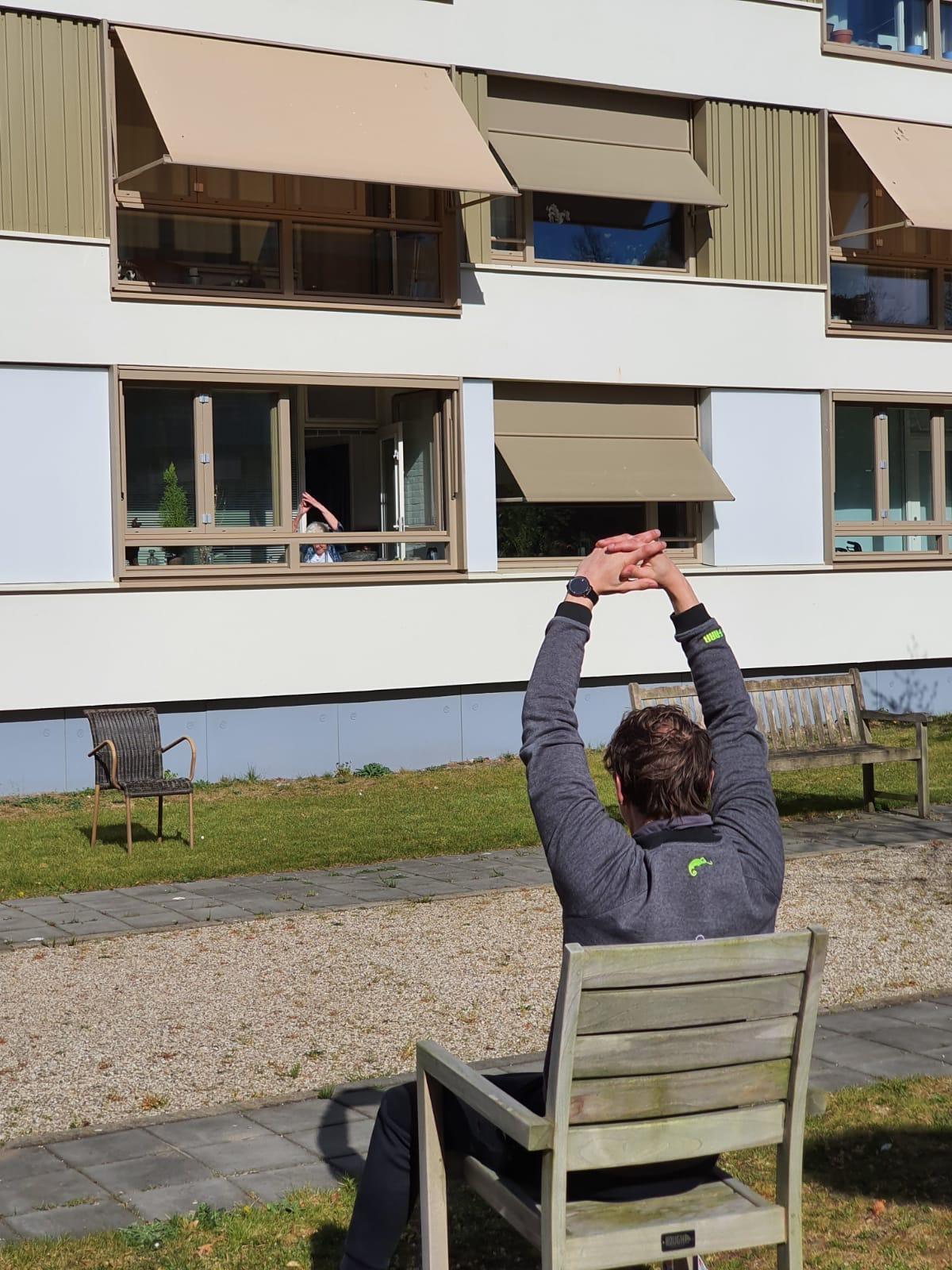 Benen in de lucht op het balkon. De trainers van Happy Bodies houden de bewoners van Hilversums verzorgingshuis Nieuw Kerkelanden in topconditie