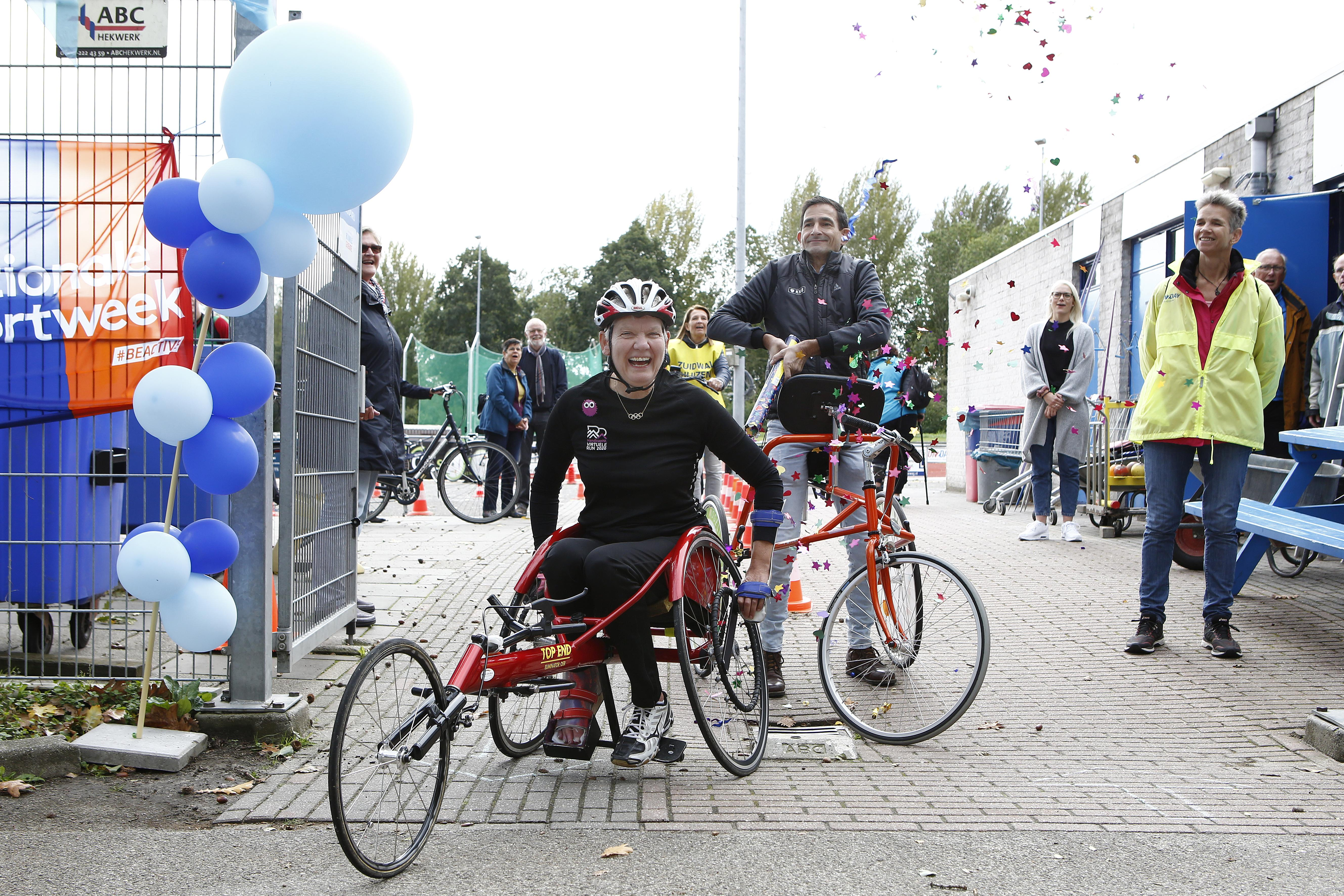 """Viervoudig paralympiër Djoke van Marum rolt met wheeler langs negen Huizer sportclubs: een halve marathon voor HandicapNL. ,,Gaaf en geslaagd!"""""""