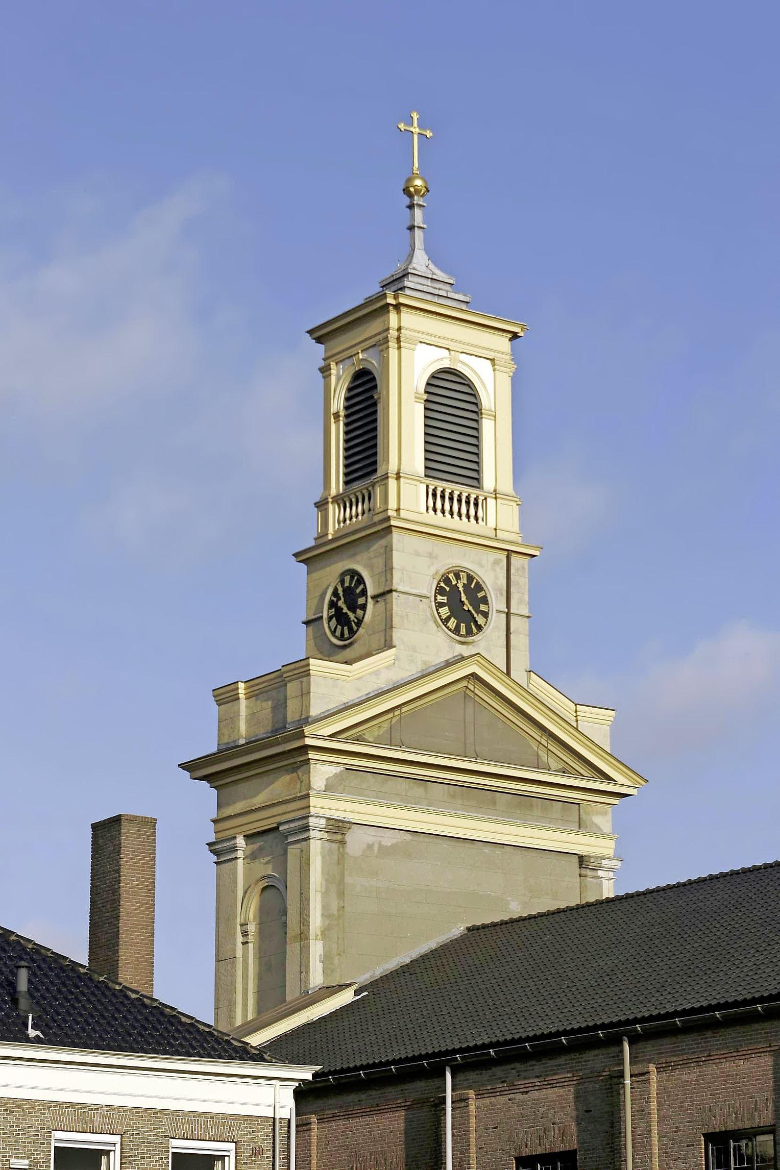 Utrecht betaalt voor 'grote beurt' voor Soester kerktoren; schilderen, voegen, dakgoten vernieuwen en rot hout vervangen