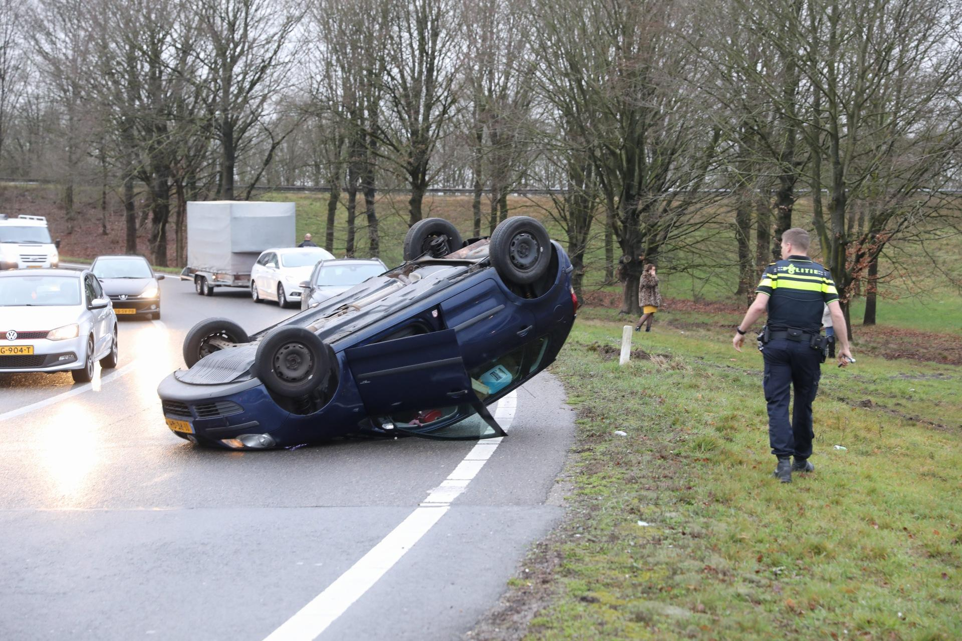 Auto op zijn dak bij eenzijdig ongeval Eemnes