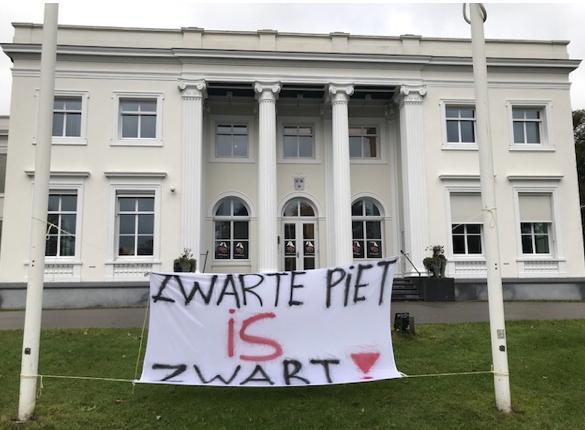 'Zwarte Piet' hangt Bloemendaals raadhuis vol