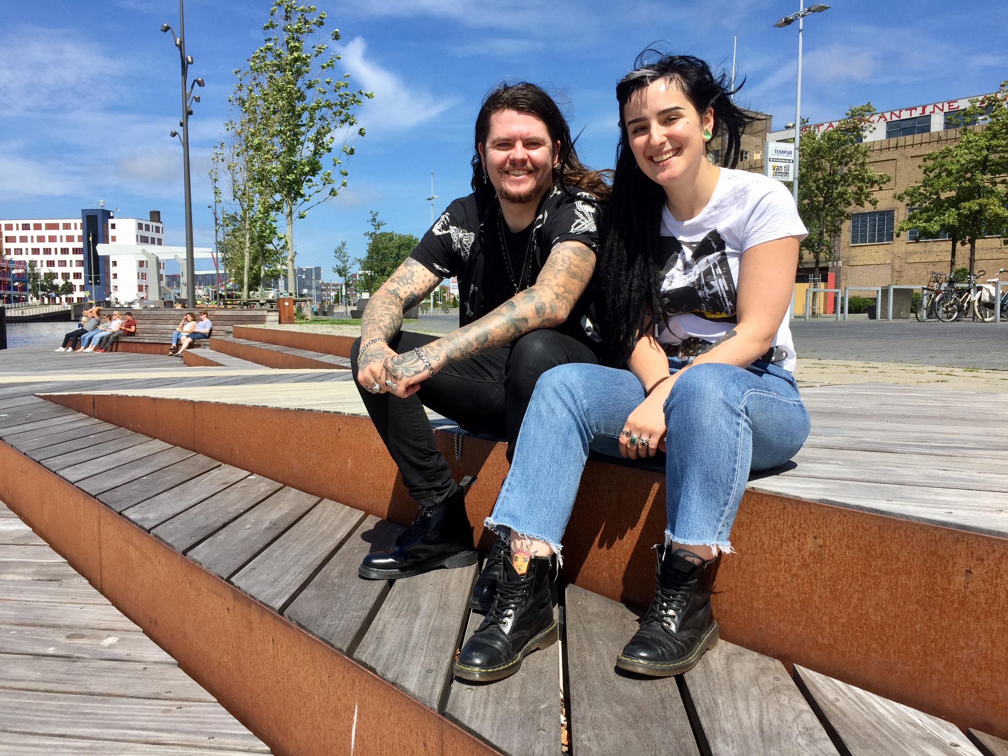 Onderweg: Justin de Jong (26) en Camilla Turelli (22) wonen sinds kort samen in Alkmaar. Ze hebben veel gemeen, zeggen ze. Sterker nog: ze zijn 'bijna hetzelfde'