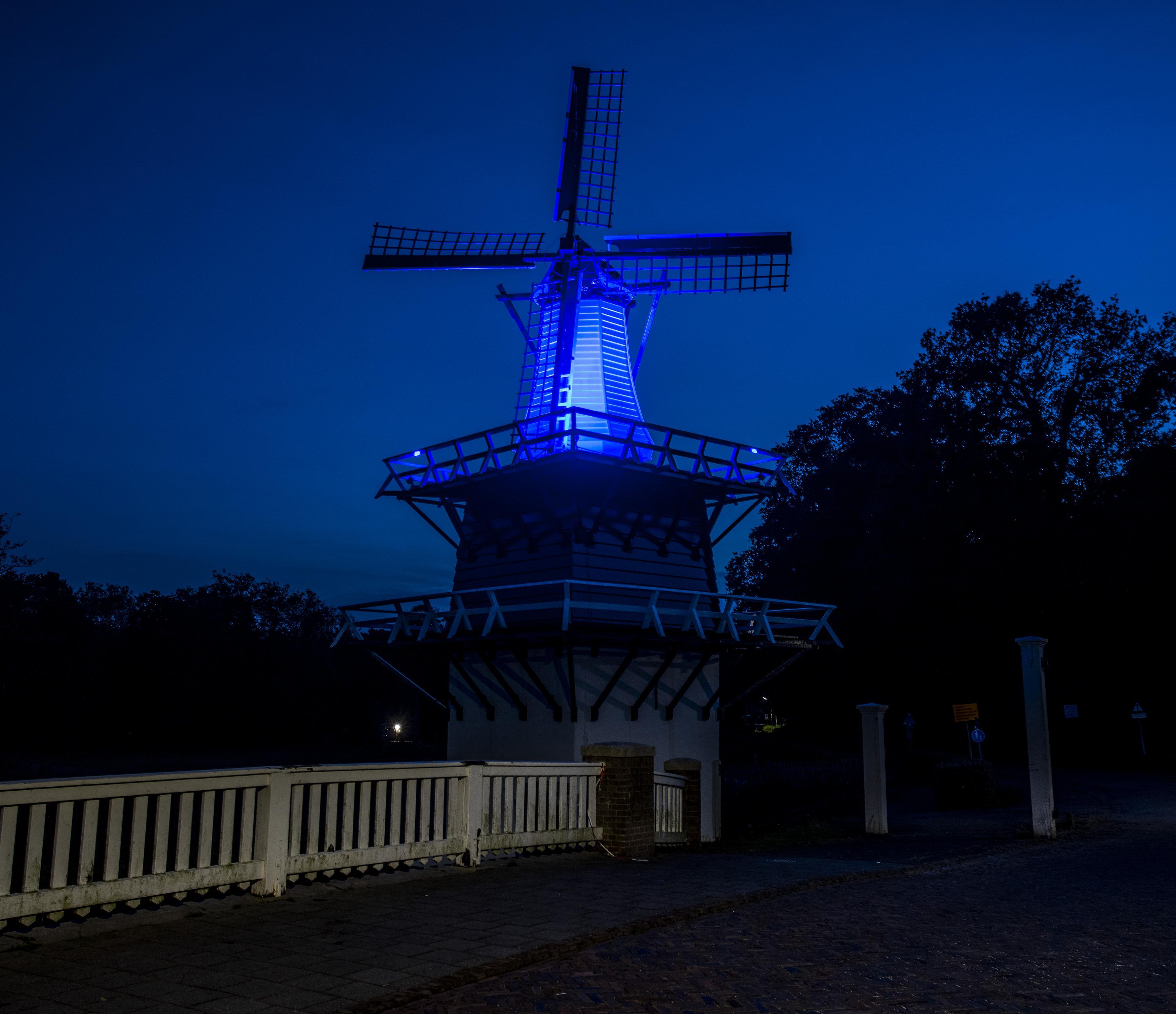 Ook molentje van Groenendaal in Heemstede in VN-blauwe schijnwerpers