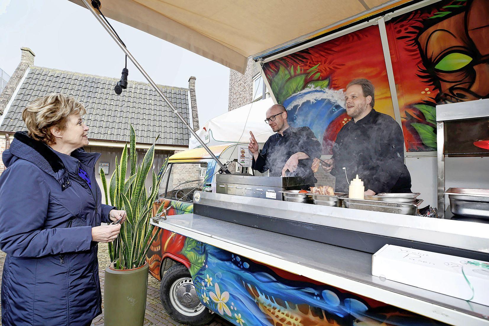 Burgemeester van Schagen proeft de hamburger van topkok Robert Kranenborg