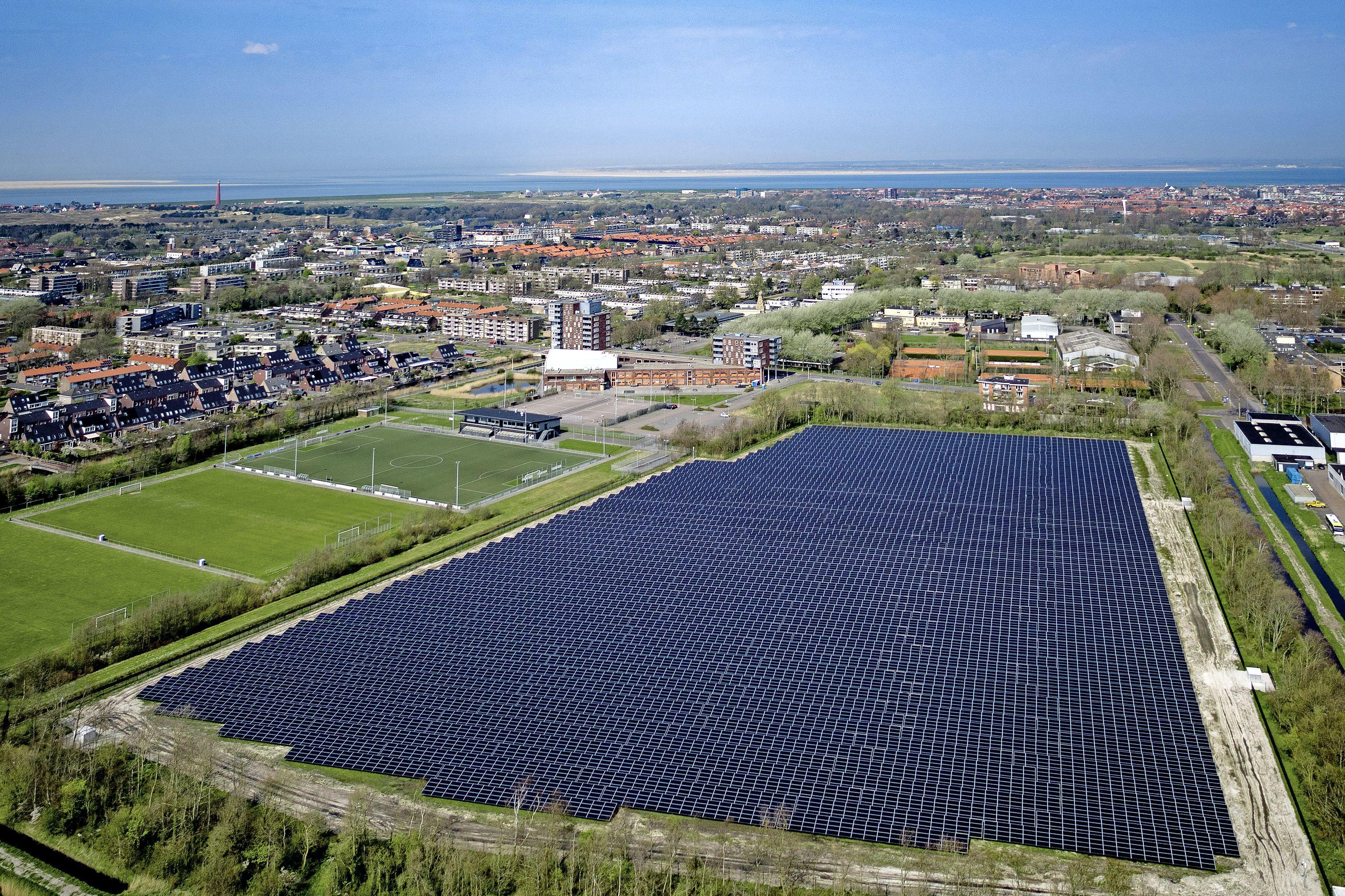 De zonnepanelen schieten in Den Helder als paddenstoelen uit de grond. Maar wie betaalt de schade als bij brand scherpe deeltjes in de omgeving terechtkomen, wil de fractie van PVV weten