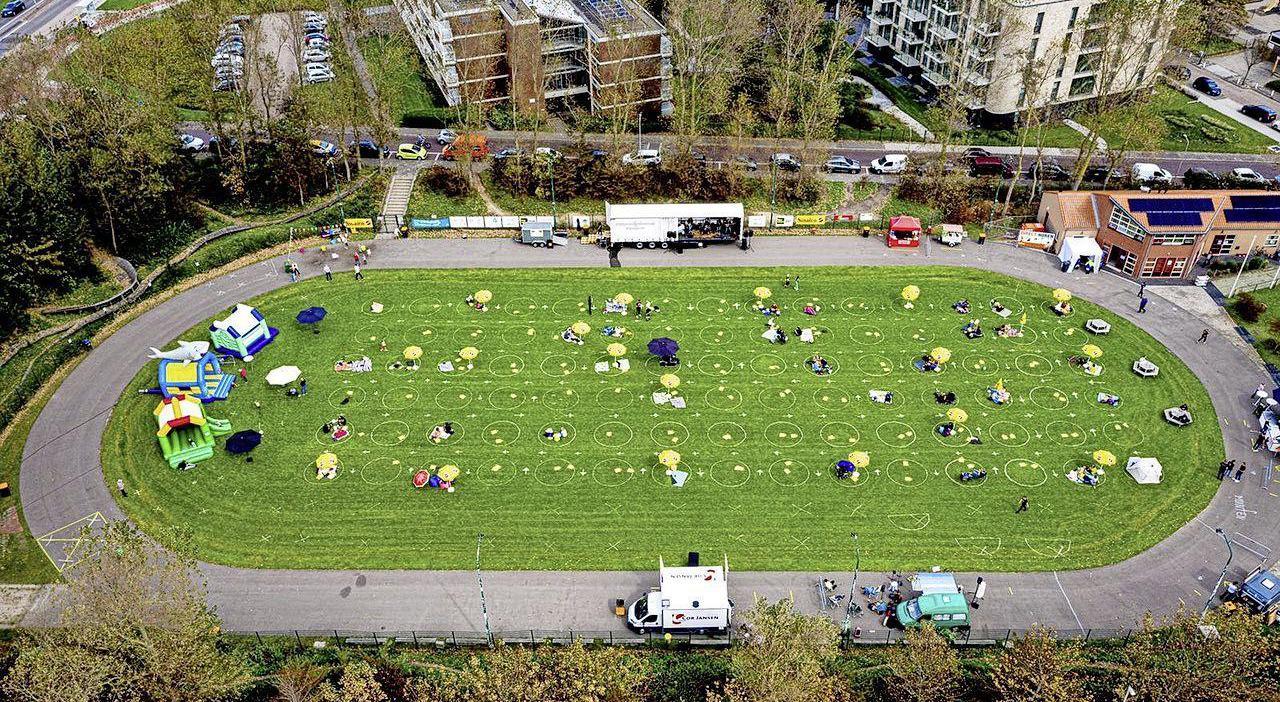 Picknicken in de buitenlucht tijdens het eerste Katwijkse festival van 2021