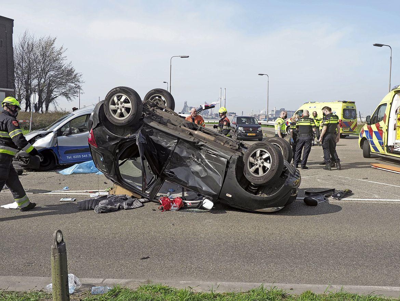 Ravage en vier gewonden bij auto-ongeluk in IJmuiden, Kanaaldijk en de Geul afgesloten