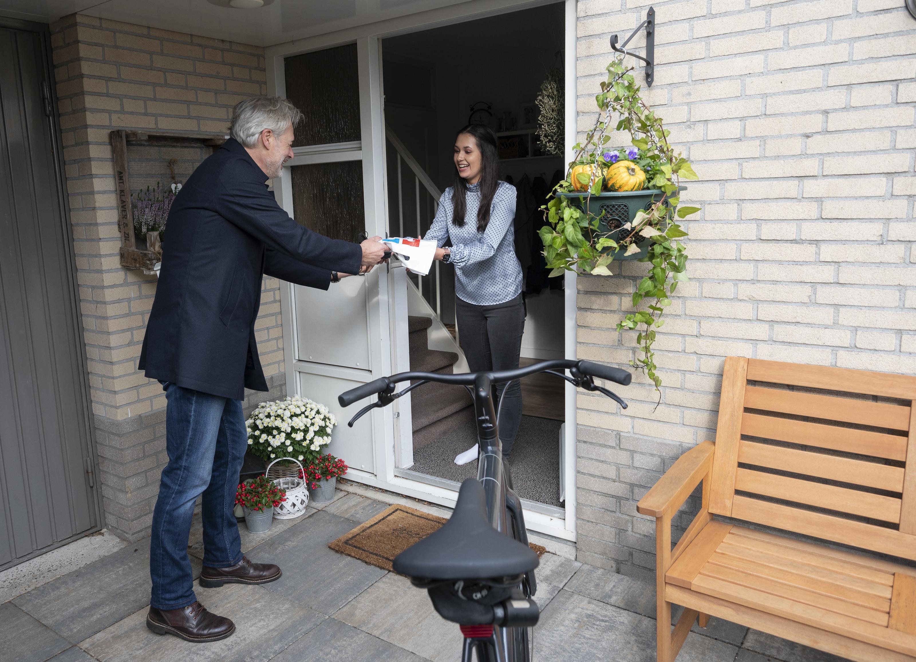 Henk Schulte bezorgt boeken vanwege corona per fiets: 'Ik denk niet dat Bol.com onze verkoop voelt, maar misschien wel van al die plaatselijke boekhandels bij elkaar'