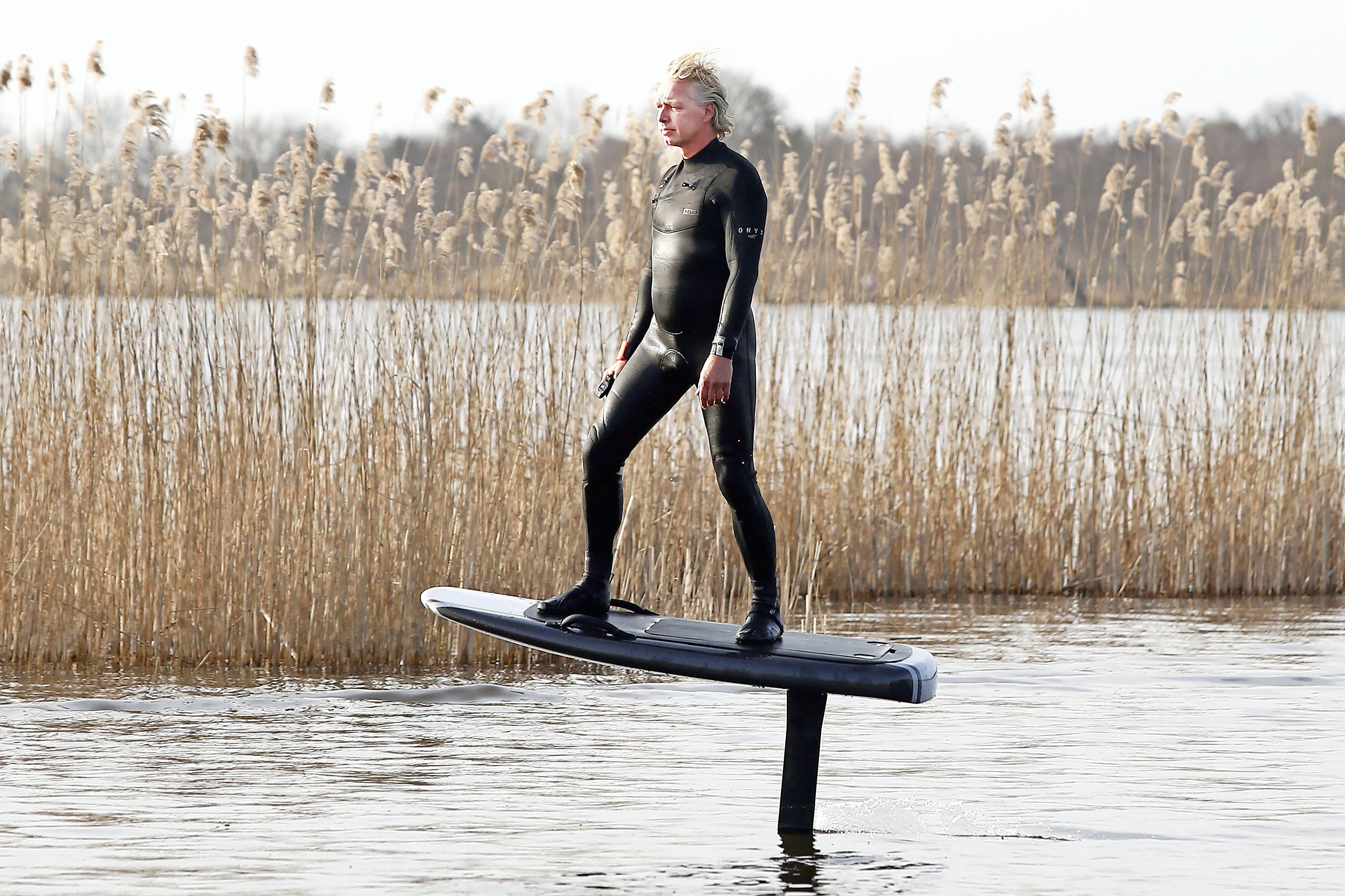 Vrij als een vogel boven het water surfen met 'efoil'. 'Ik zag het en dacht meteen: dit wil ik'