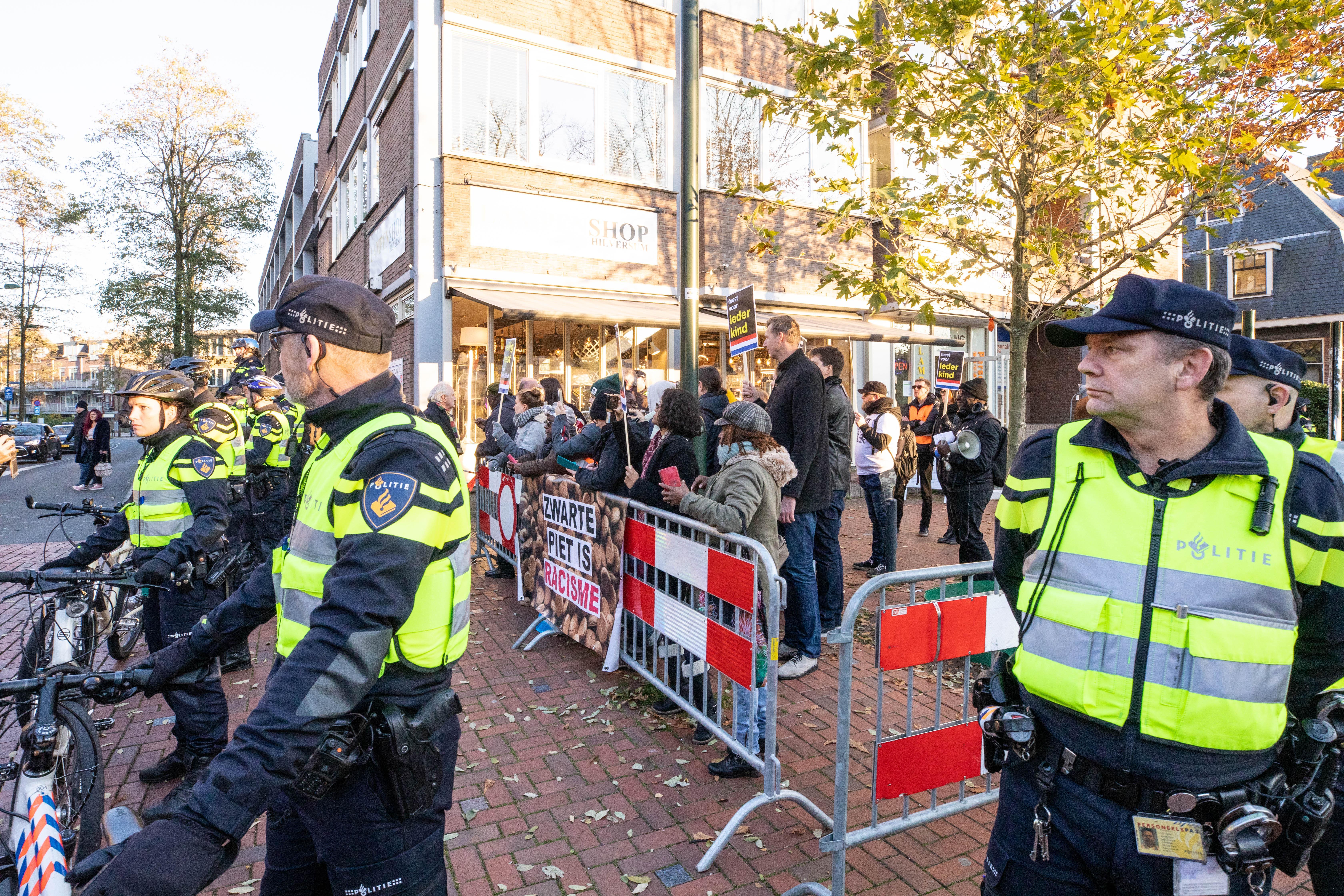 Ongeregeldheden bij intocht sint Hilversum [video]