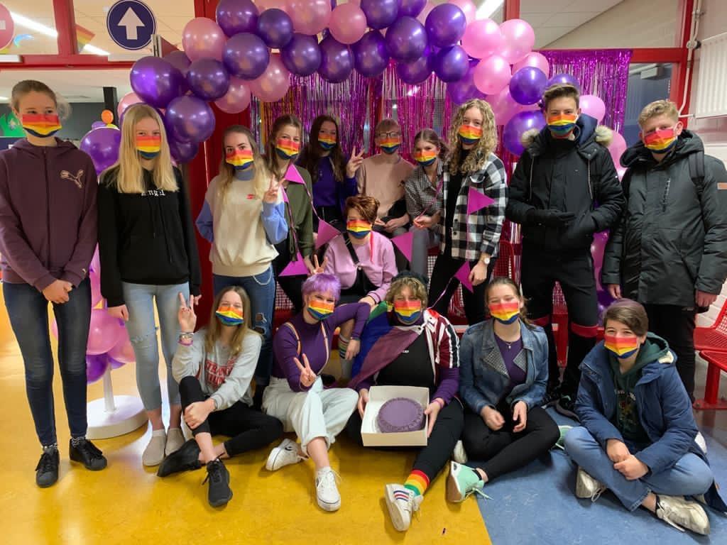 Regenboogmondkapjes, een genderneutraal toilet en een duidelijke boodschap op Paarse Vrijdag