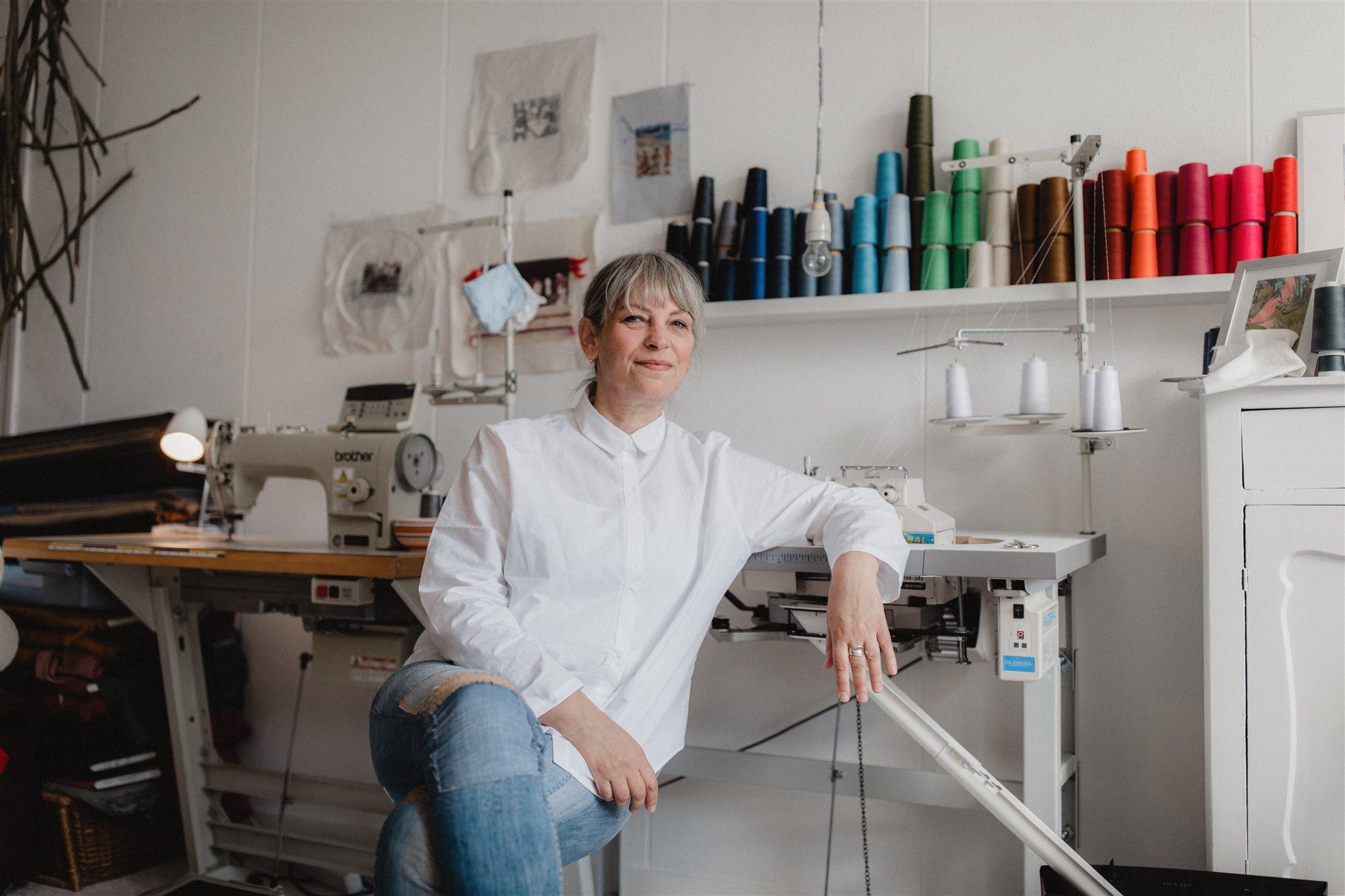 Giny Janmaat maakt in haar zero-waste atelier kleding van restmaterialen. 'Zo valt de ik-heb-niks-om-aan-te-trekken stress weg'