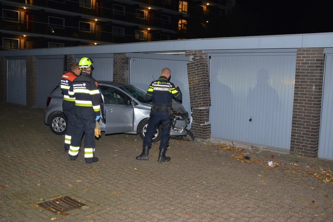 Auto botst tegen garage in Hoofddorp, inzittende gewond