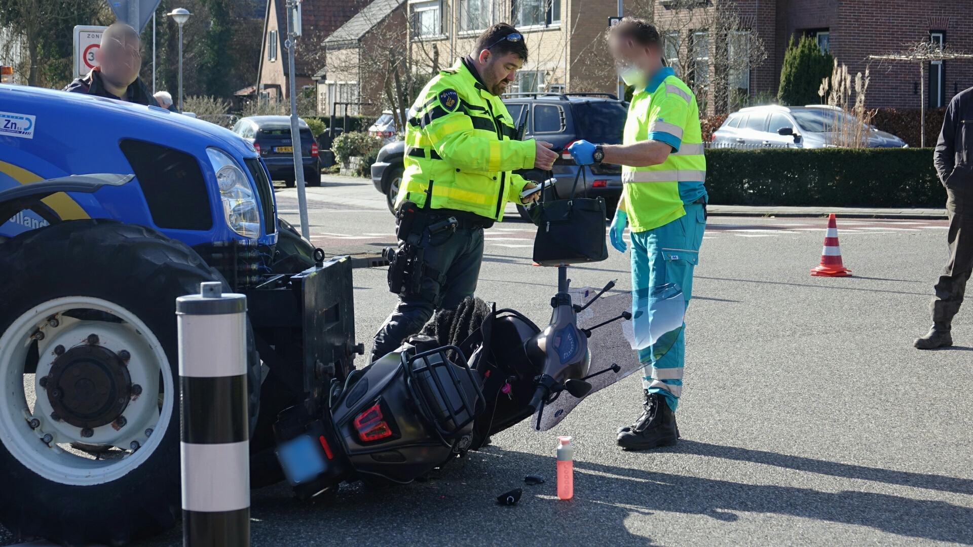 Tractor botst op scooter op rotonde in Wognum, een gewonde