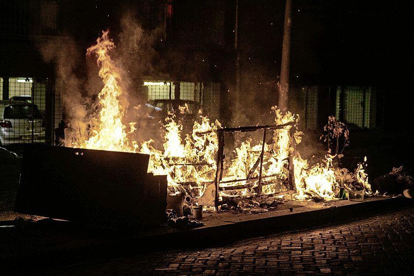 Luide knal en veel rook bij twee buitenbranden in een nacht in Haarlem