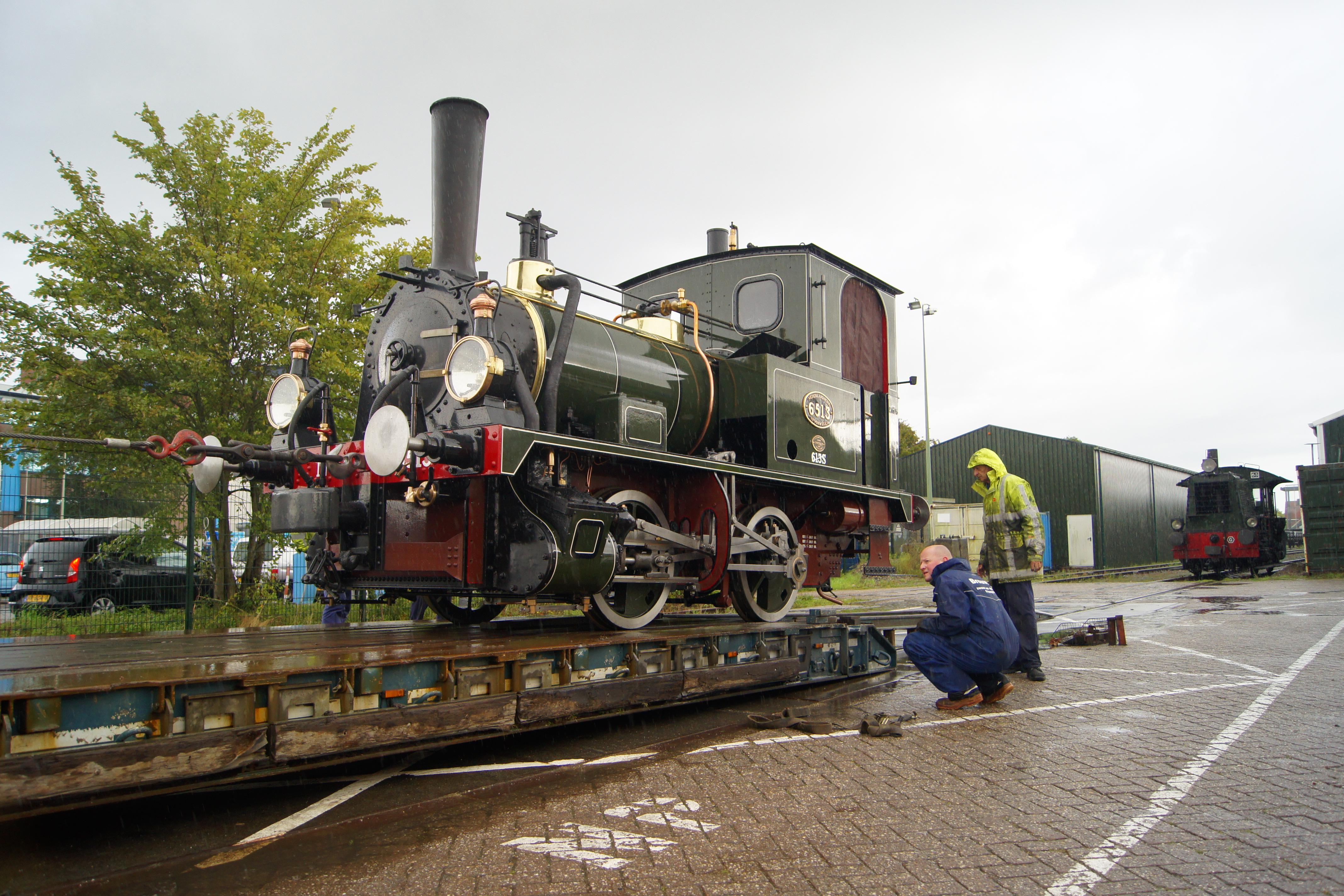 Twee locs van Museumstoomtram Hoorn-Medemblik op transport