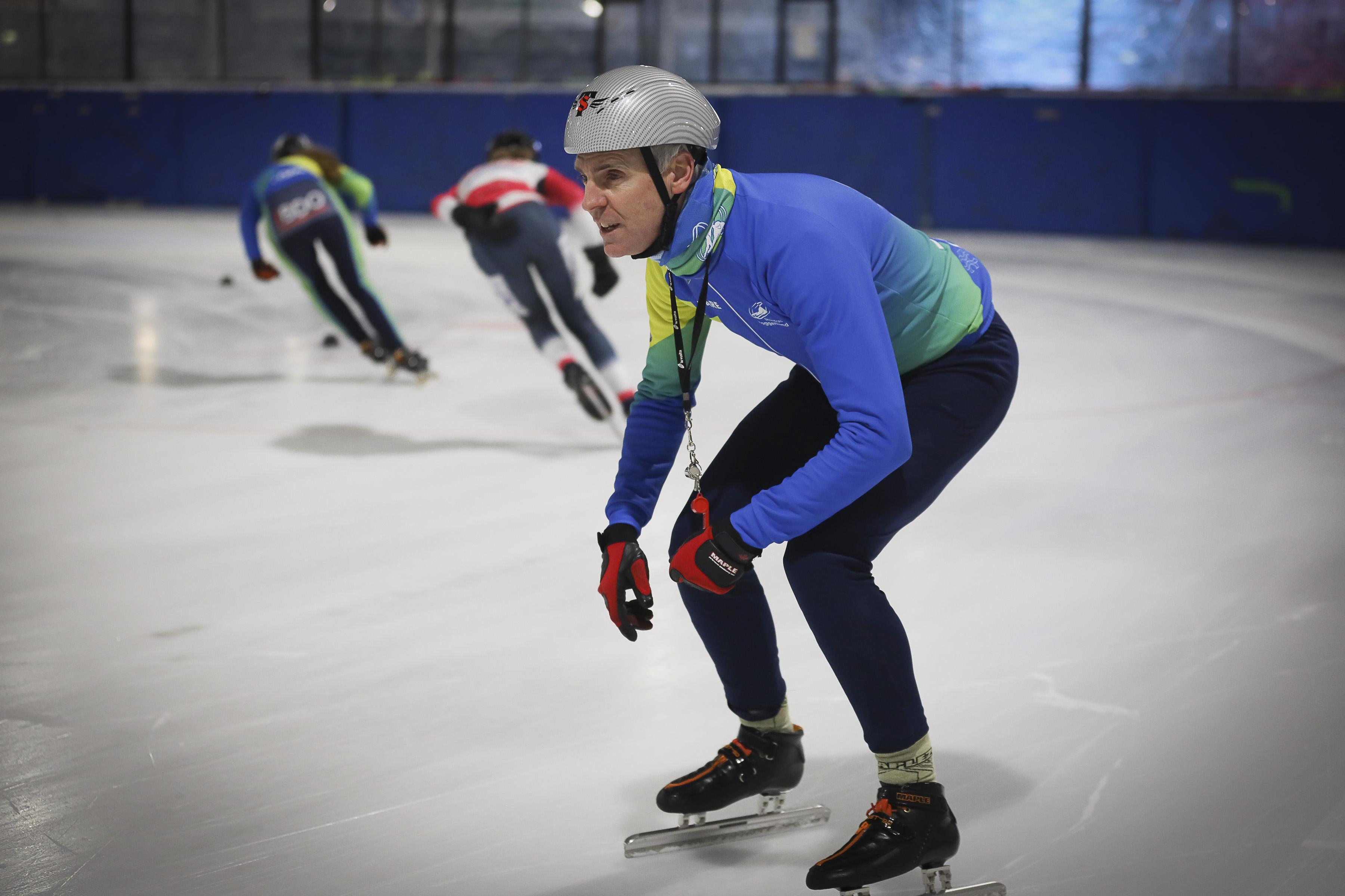 Schaatscoach Arie Jan Brommer geeft de voorkeur aan schaatsen op buitenijs: 'Schaatsen in een besneeuwd winters landschap, strakblauwe lucht en een zonnetje dat het zwarte ijs doet spiegelen, heerlijk'