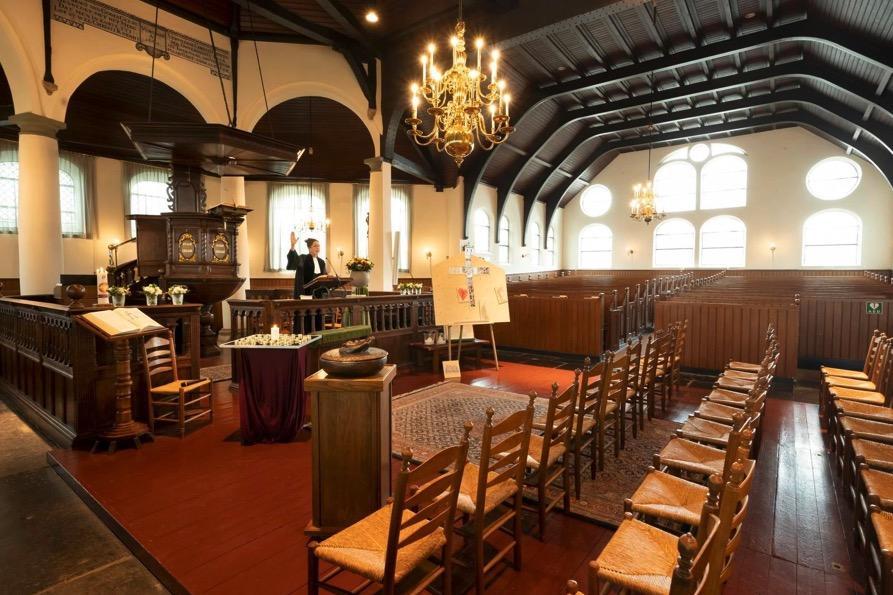 Drukbezochte dienst in een lege Laurentiuskerk in Rijnsburg: 'Dit zijn de tijden die ons definiëren'