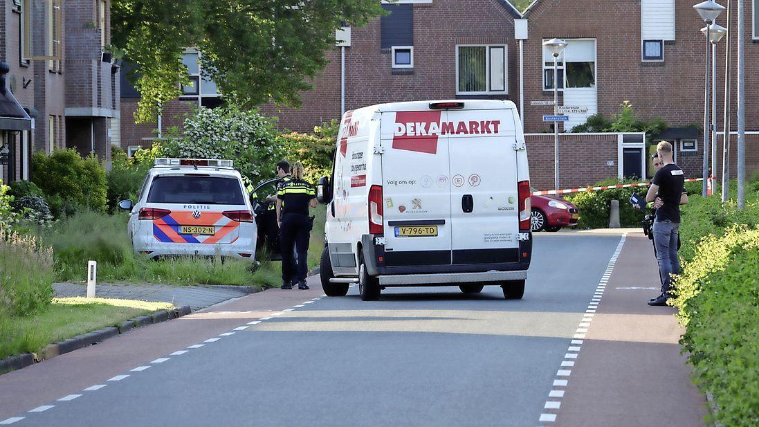 Politieauto eindigt in perkje na inhaalactie tijdens spoedrit in Zwaag; straatnaambord gesneuveld