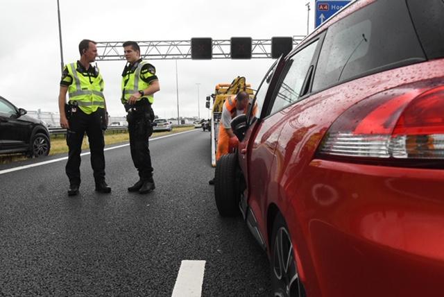 Auto-ongeluk bij Roelofarendsveen veroorzaakt vertraging op de A4