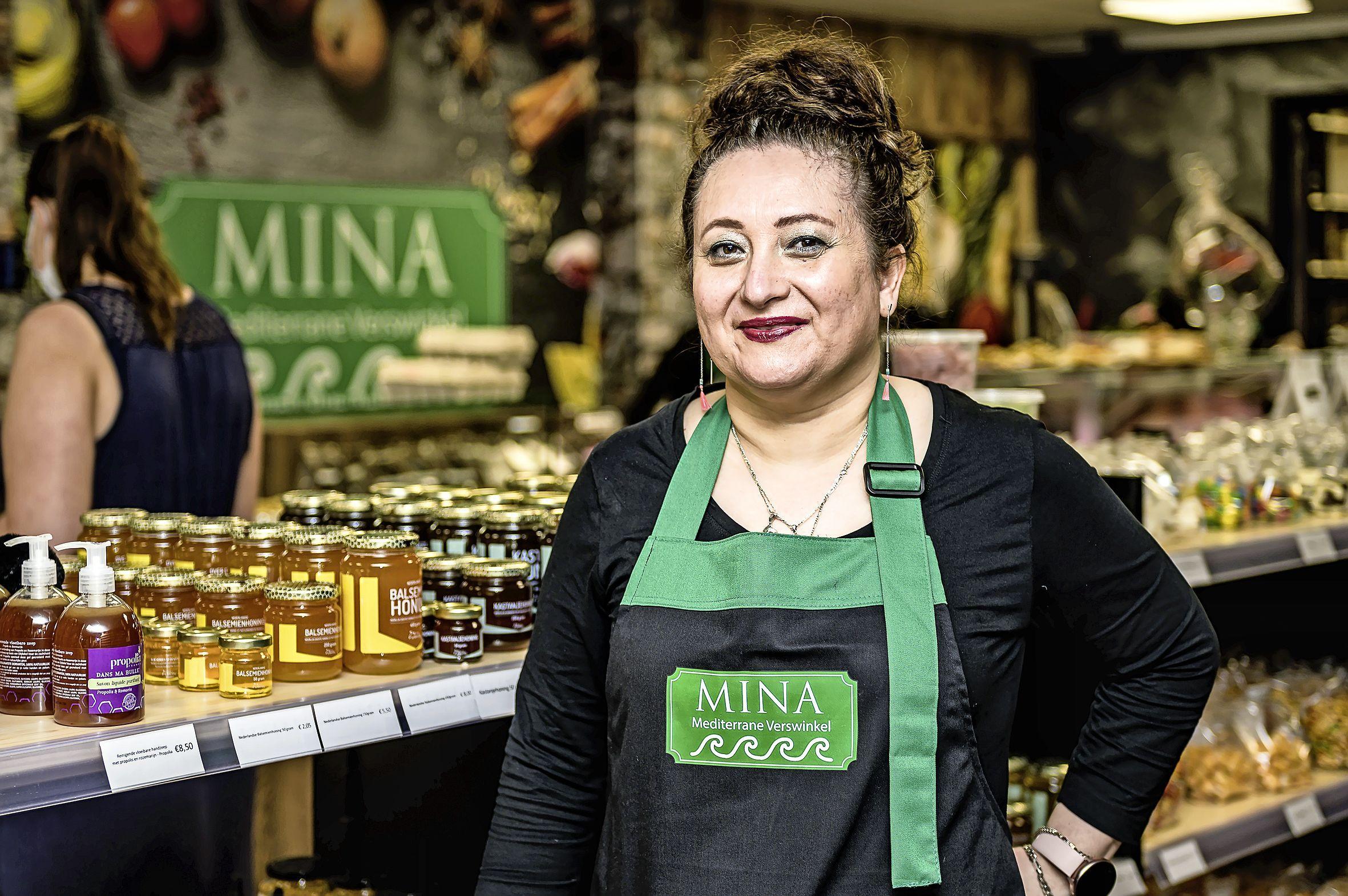 Feestelijke opening voor verswinkel Mina: 'Elke Volendammer gaat wel eens met vakantie naar een Mediterraans land en wij willen de smaak van de vakantie nu naar hier halen'