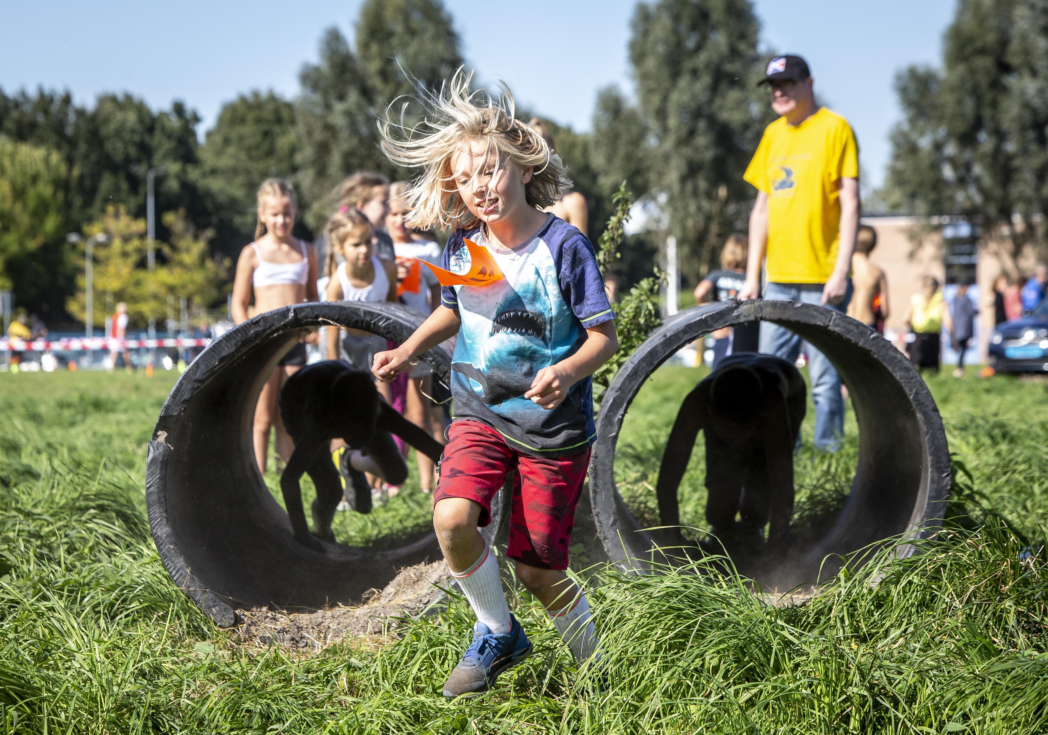 Gezellig coronaproof mini-Zomerfeest in Spaarndam: 'Je ziet dat de kinderen superveel lol hebben met elkaar'