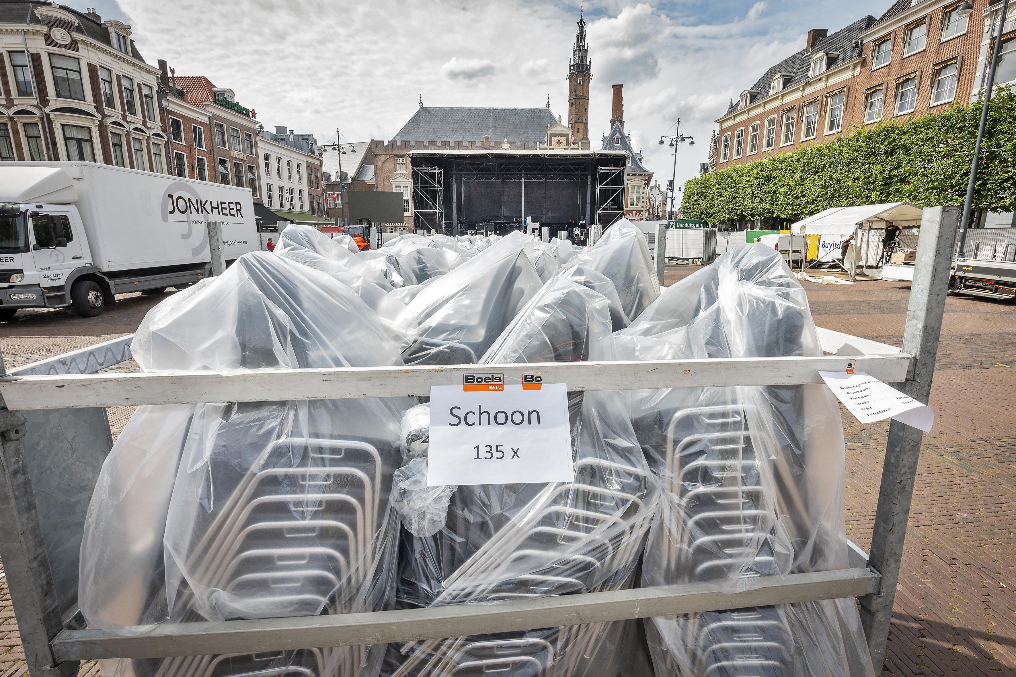 Stoelen staan klaar voor sit-down editie van Haarlem Jazz & More