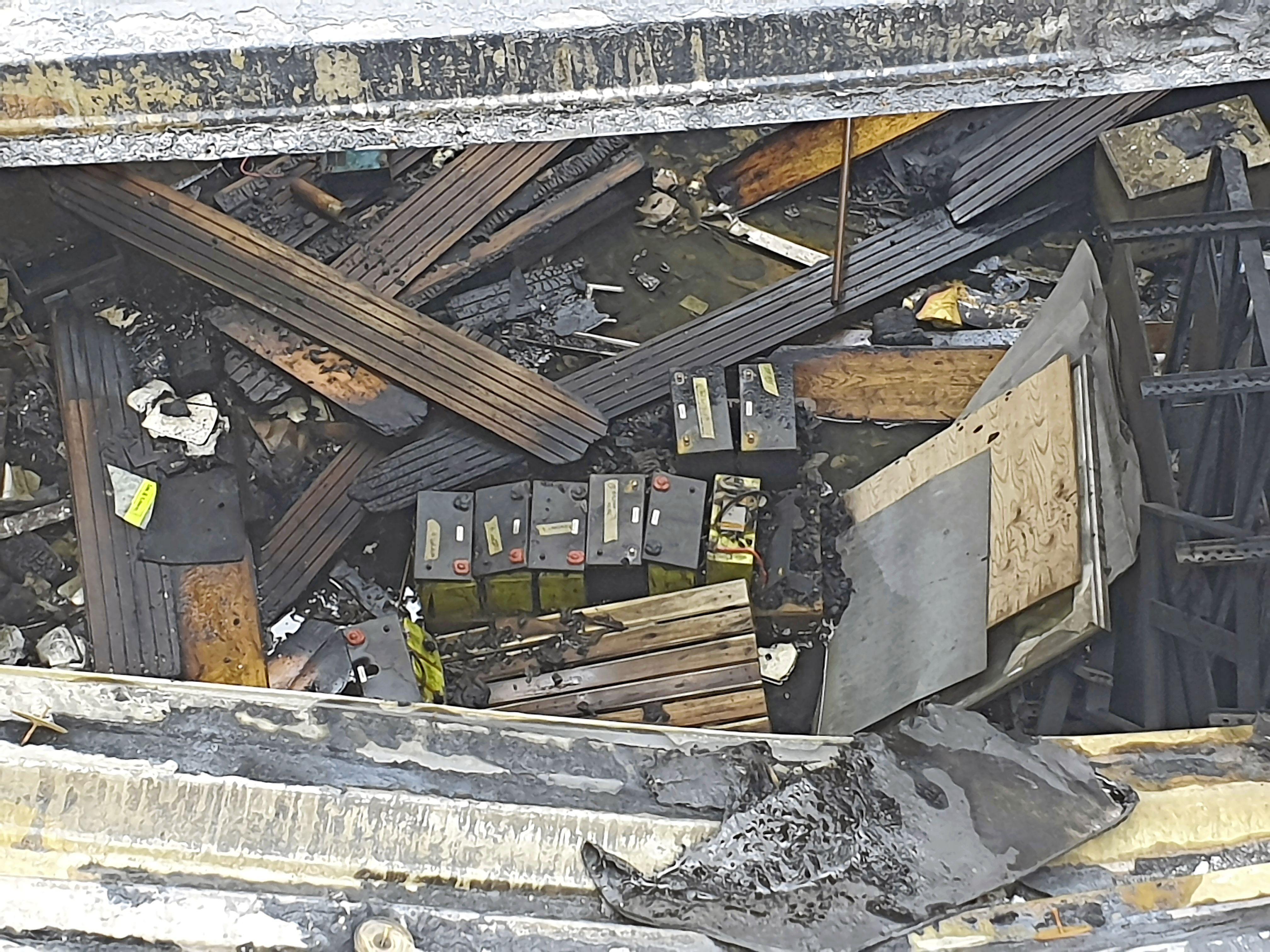Onrust in Waarderpolder over 'spontane' branden in verwoeste accuopslag: 'Er ligt daar een zooitje accu's en niemand doet wat' [video]
