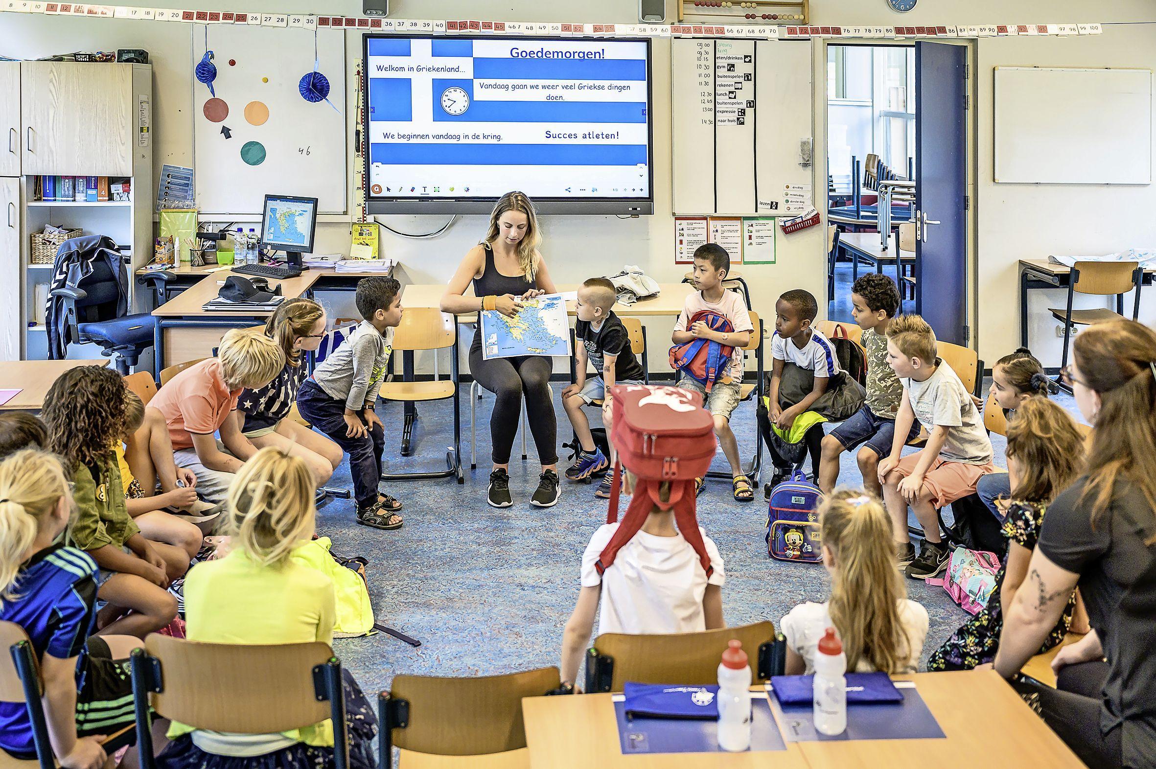 Zaanse basisschoolkinderen juichend naar school tijdens zomervakantie: sinds coronapandemie is het aantal aanmeldingen voor de Zomerschool verdubbeld