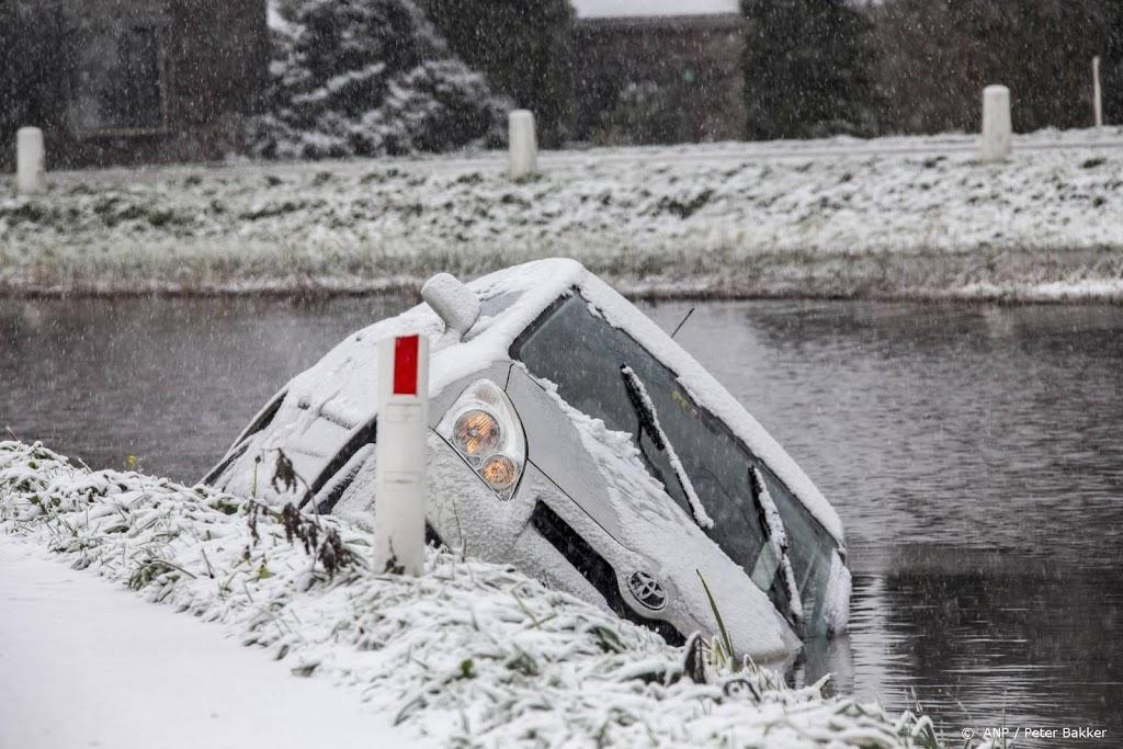 Auto's blijven van spekgladde wegen slippen