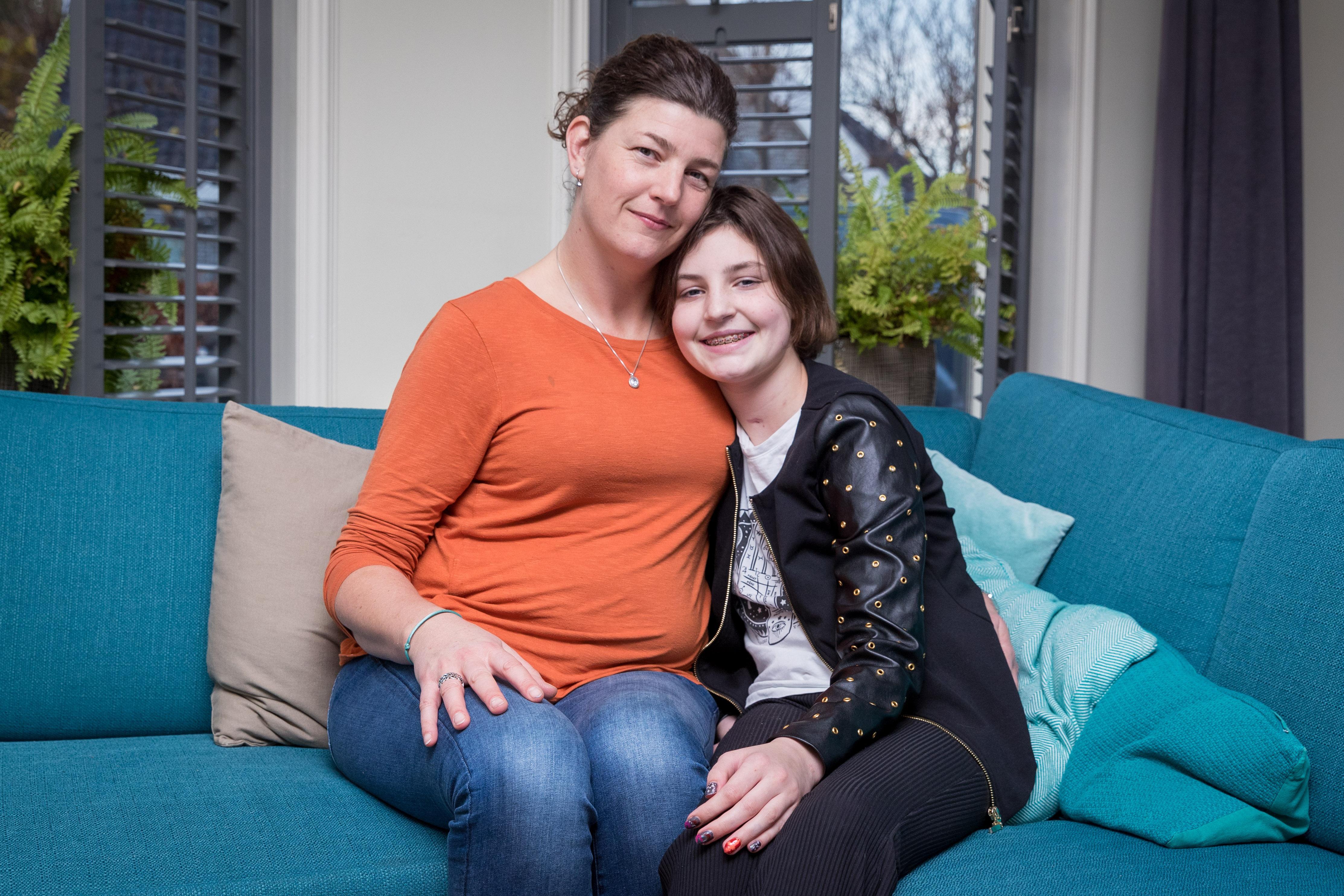 Anne (12) werd in maart overreden door een bus. Ze lag acht weken op de kinder-ic en is al vijftien keer geopereerd. Sinterklaas kan niet om dit 'wonderkind van het AMC' heen