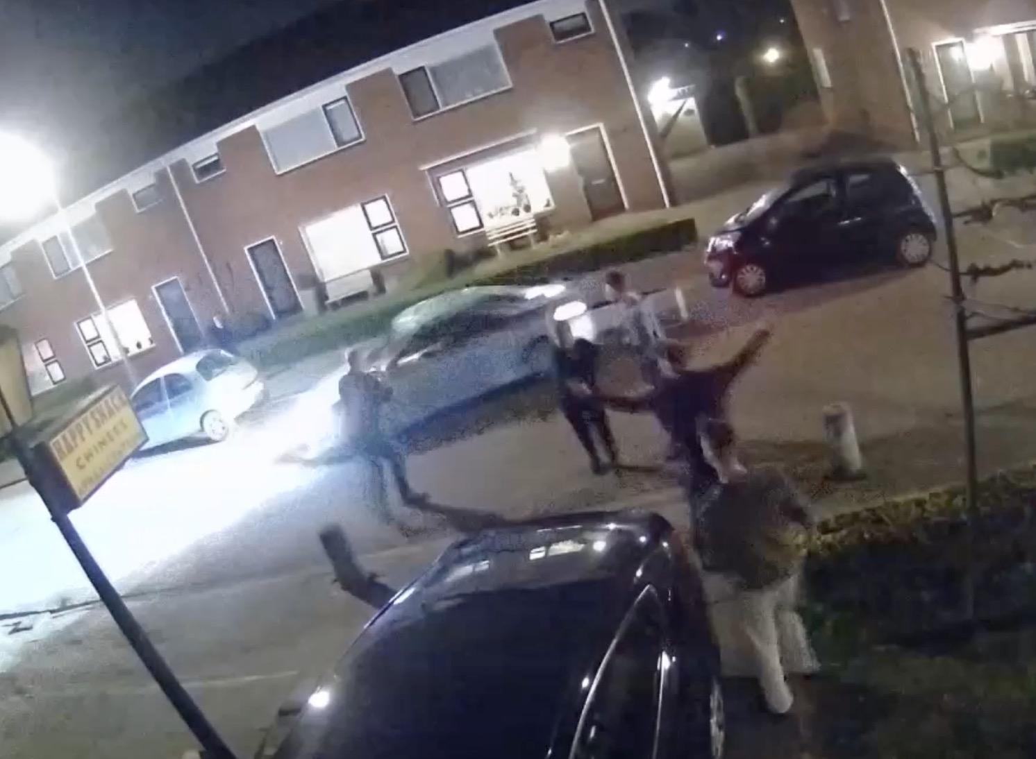 Bestuurder vlucht na botsing in Nibbixwoud, man aangehouden na achtervolging door buurtbewoners [video]