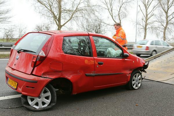 Auto botst op vangrail bij Buitenkaag