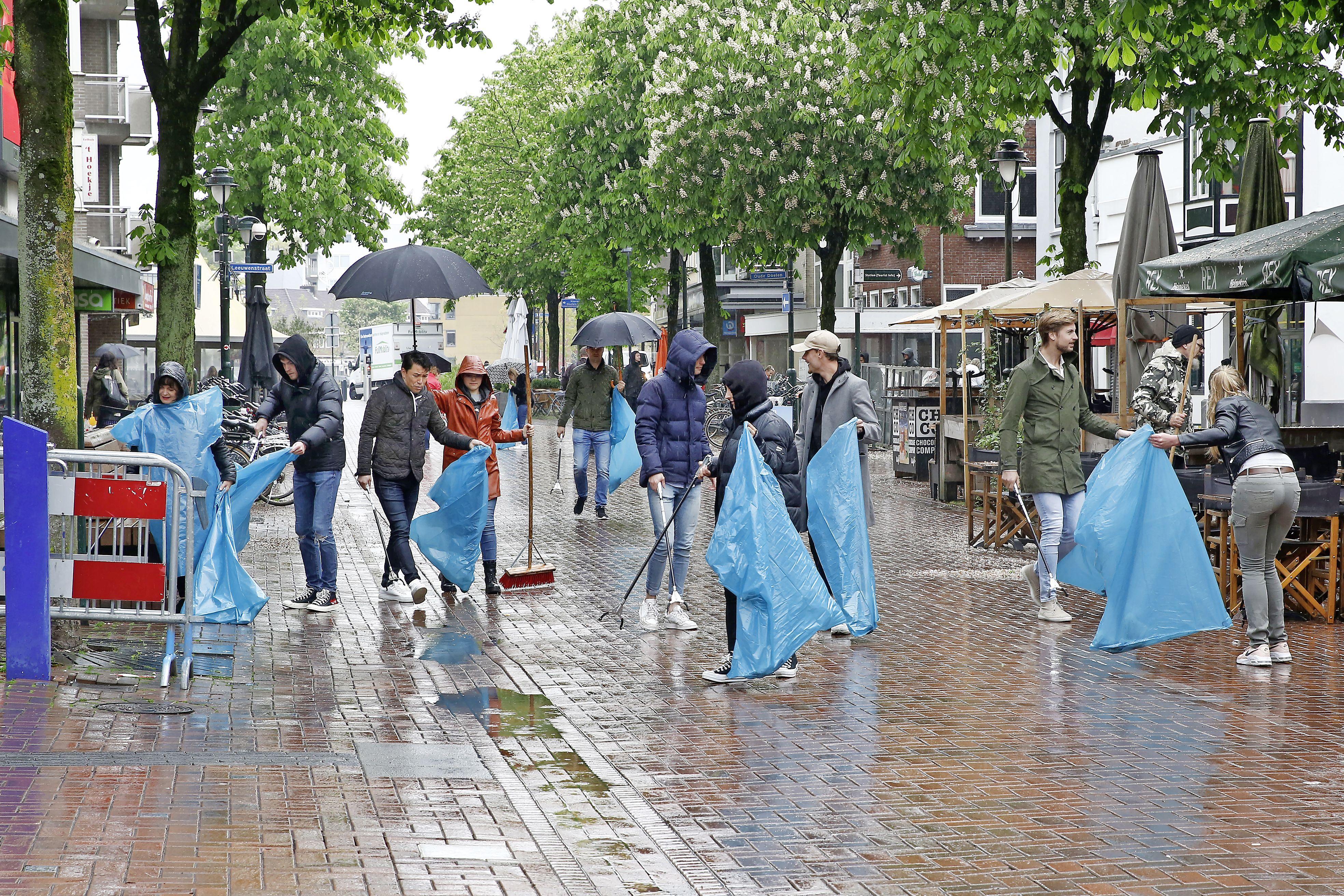 Met bezems, schoonspuiters en vuilgrijpers aan de slag in het centrum van Hilversum. Versoepeling coronamaatregelen leidt tot toename zwerfvuil