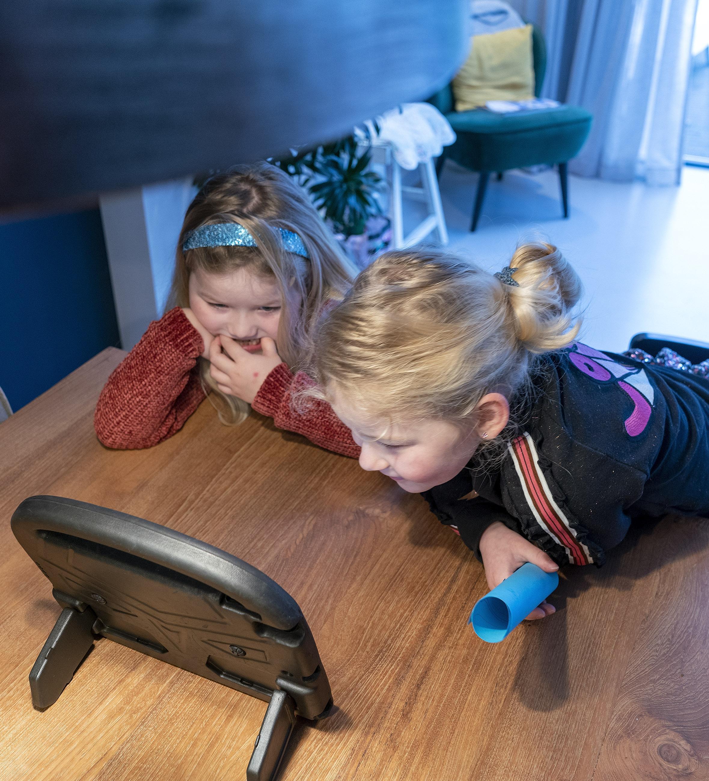 In je pyjama met een ontbijtje videobellen met de klas. Kinderen van de Matthieu Wiegman School in Bergen ontbijten samen tijdens Nationale Voorleesdagen. 'Zo maken we er toch nog wat leuks van'