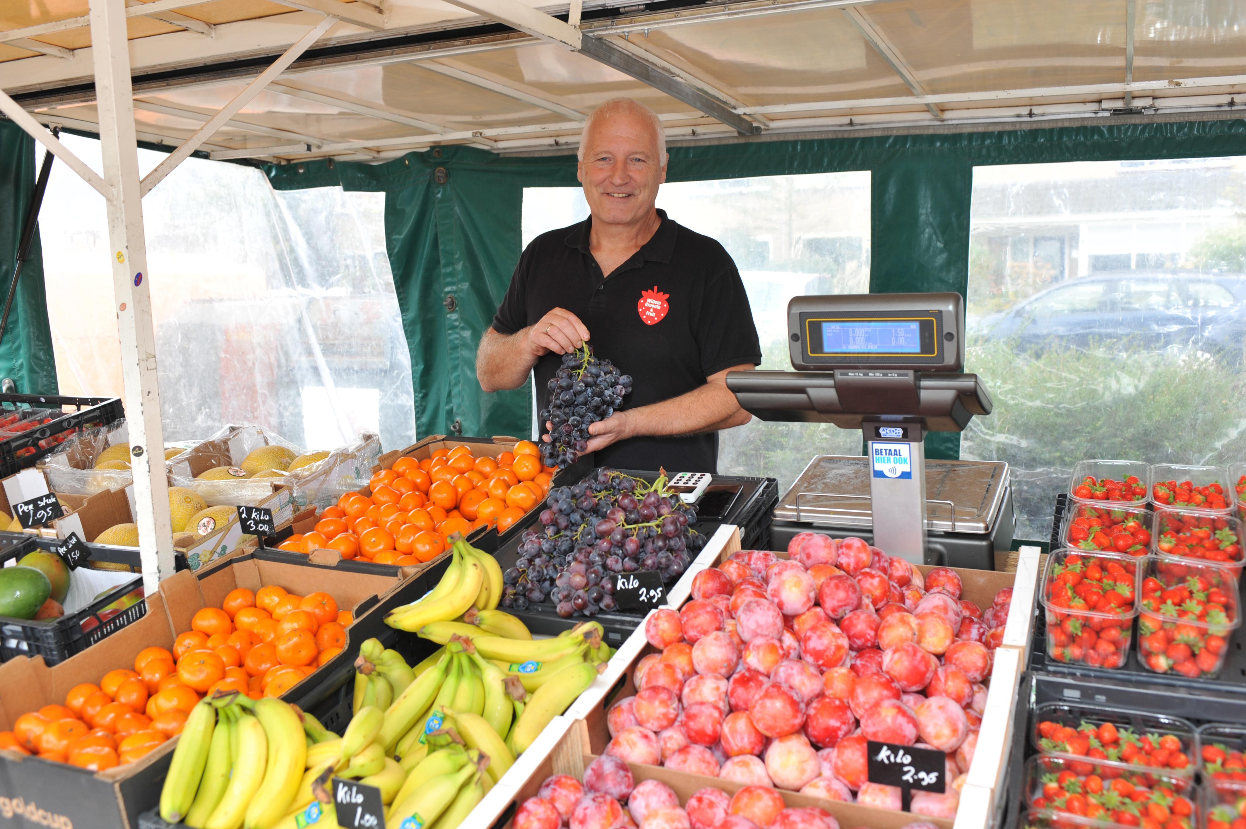 Willem van der Linden raakte door de coronacrisis zijn baan kwijt, maar ging niet zitten kniezen en startte zijn eigen groente- en fruitkraam in Uitgeest