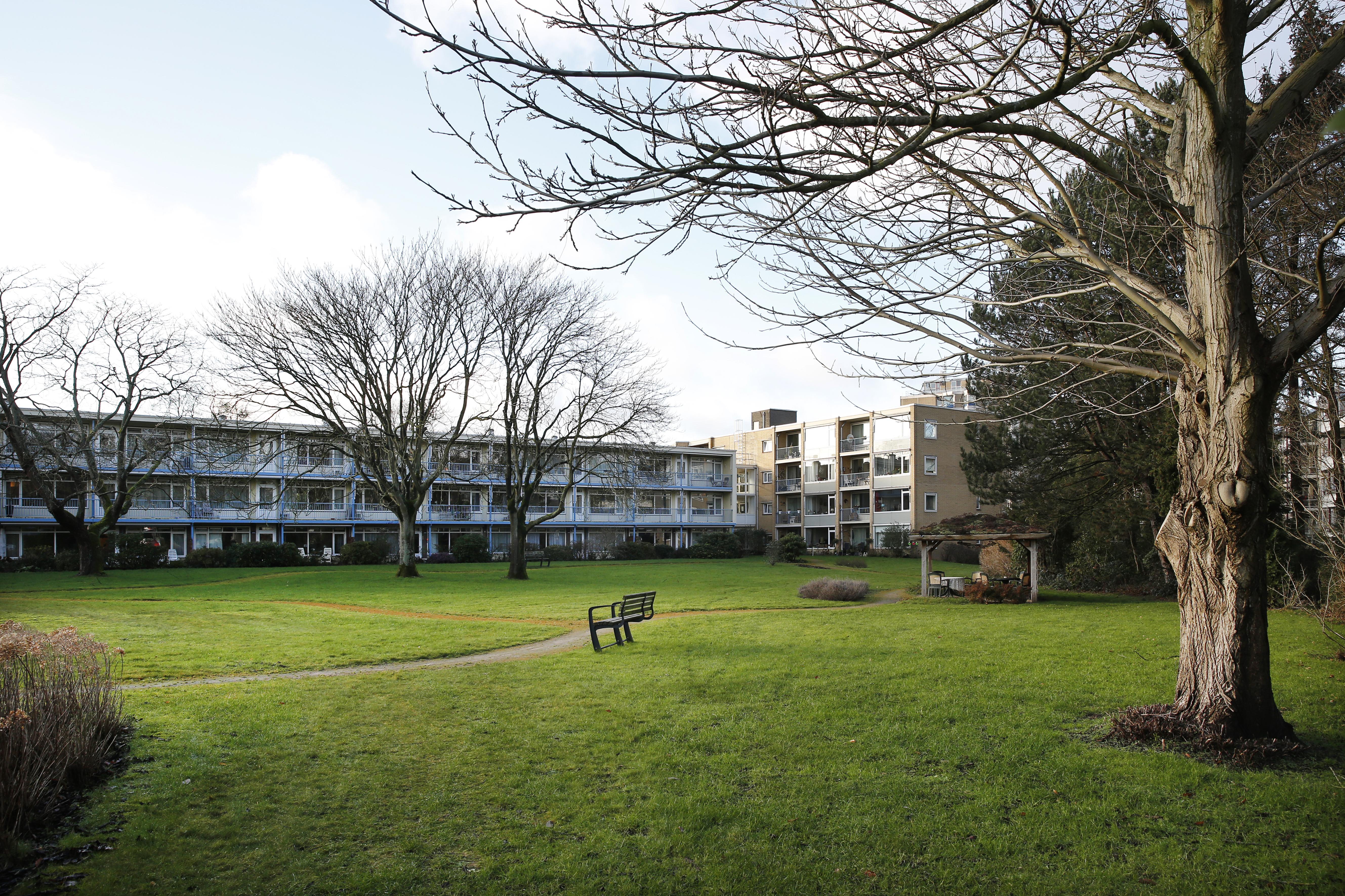 Buurt ageert tegen plan voor de bouw van 35 appartementen bij zorginstelling De Gooise Warande in Bussum; 'Sociale woningbouw met asociale gevolgen'