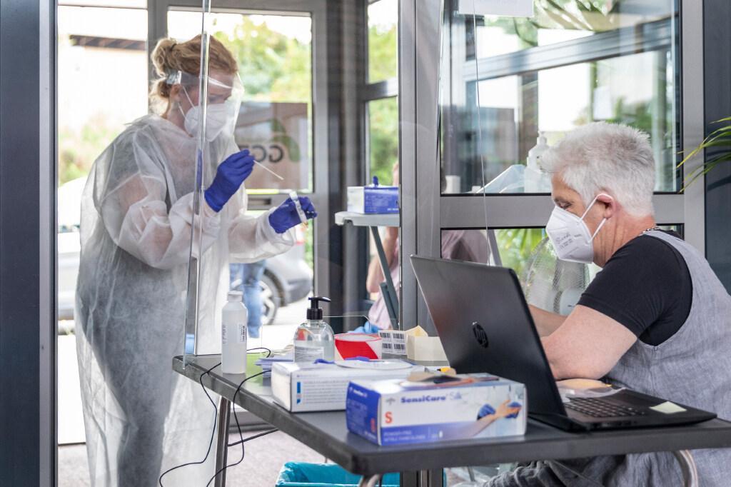 Bibberend coronatest ondergaan hoeft niet: testlocatie op Texel verhuist naar warme, droge plek