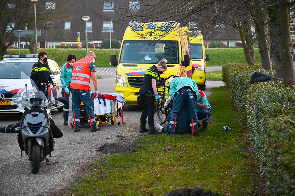 Scooterrijder gewond na botsing tegen boom in Beverwijk